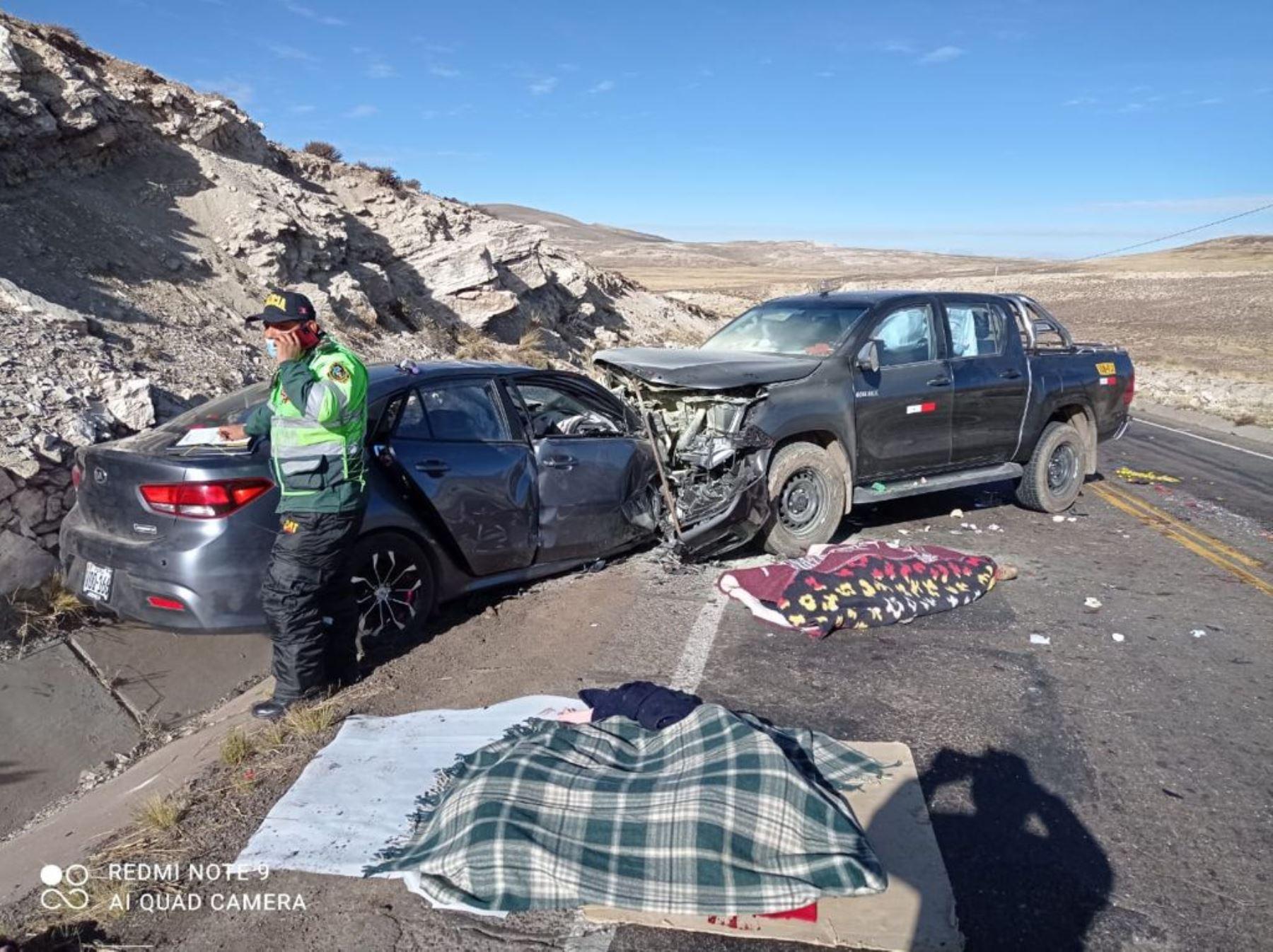Cuatro personas mueren tras choque frontal de autos en vía Arequipa-Puno