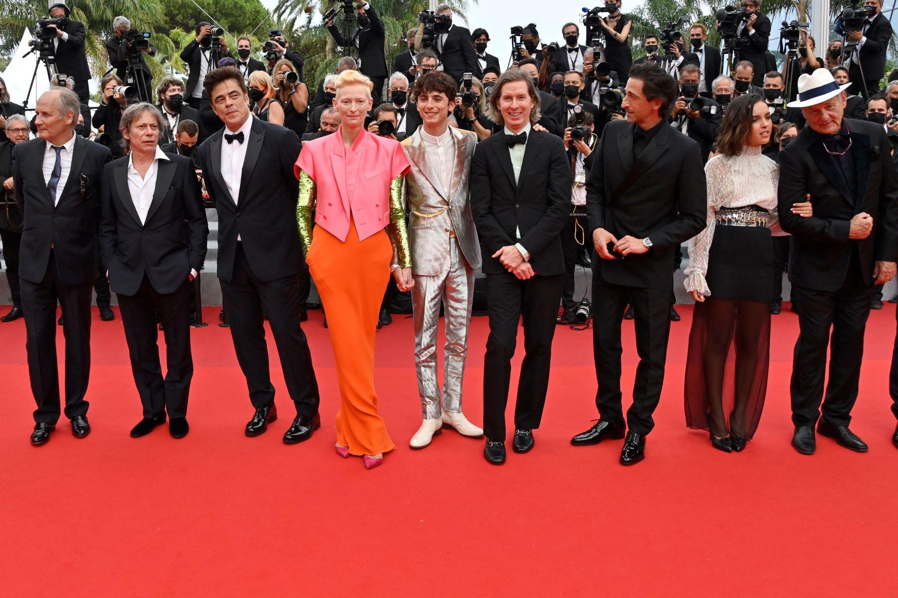 En la alfombra roja, los intérpretes de la película llevaban un pin con la imagen del director. Foto: AFP