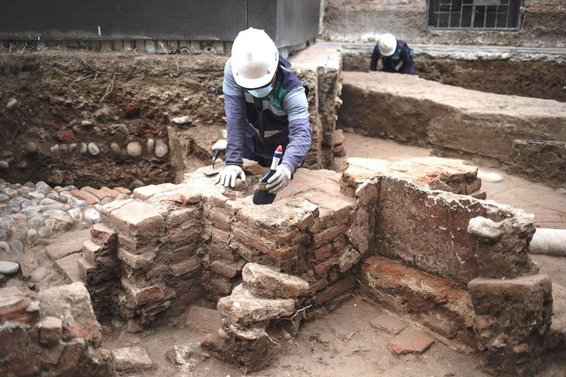 Hallan restos de capilla del siglo XVII debajo de la plaza Francia