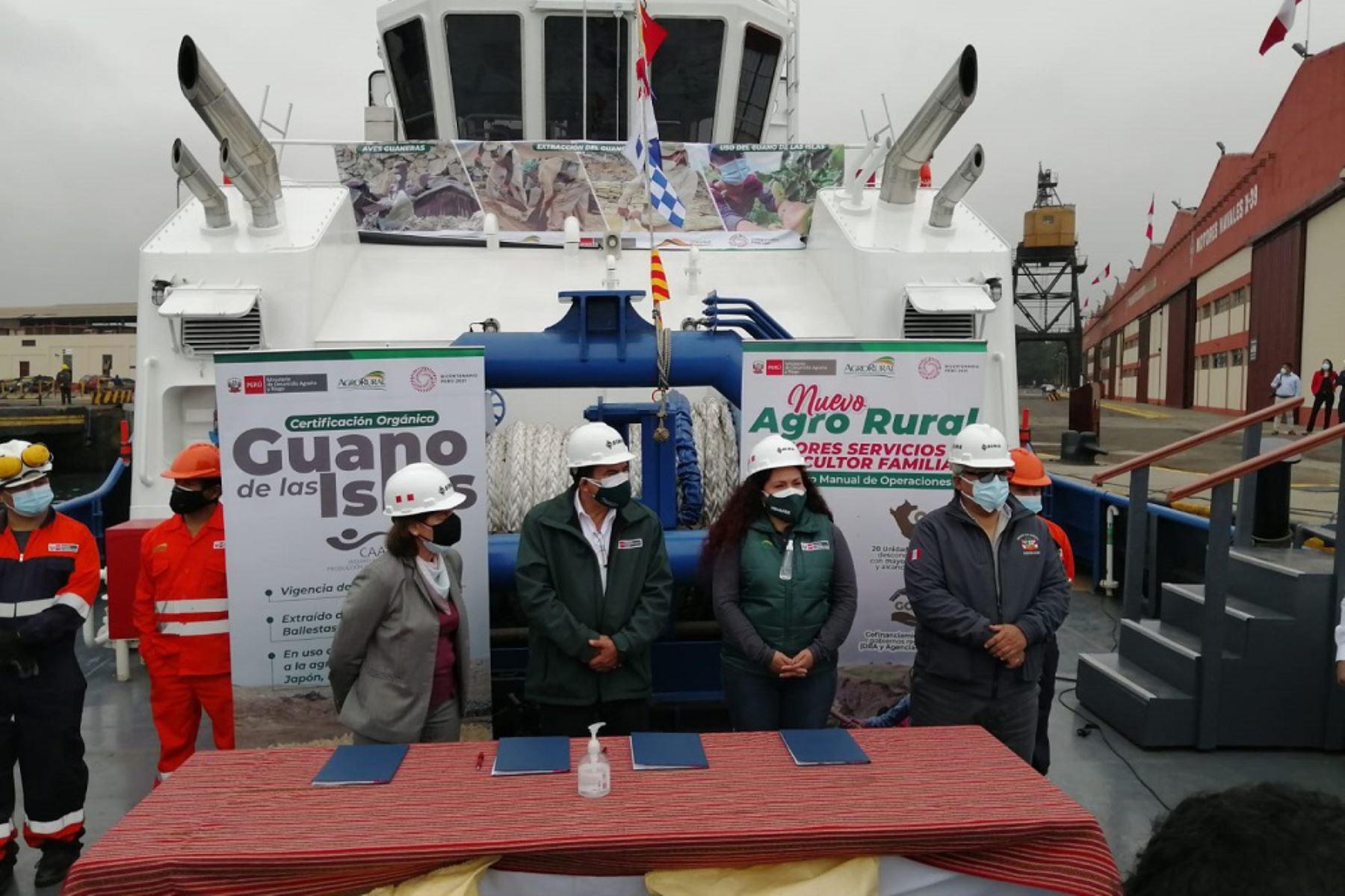 Durante la ceremonia se hizo la entrega del Guanay, una embarcación que podrá transportar 30,000 toneladas de guano de las islas. Foto: ANDINA/Sernanp