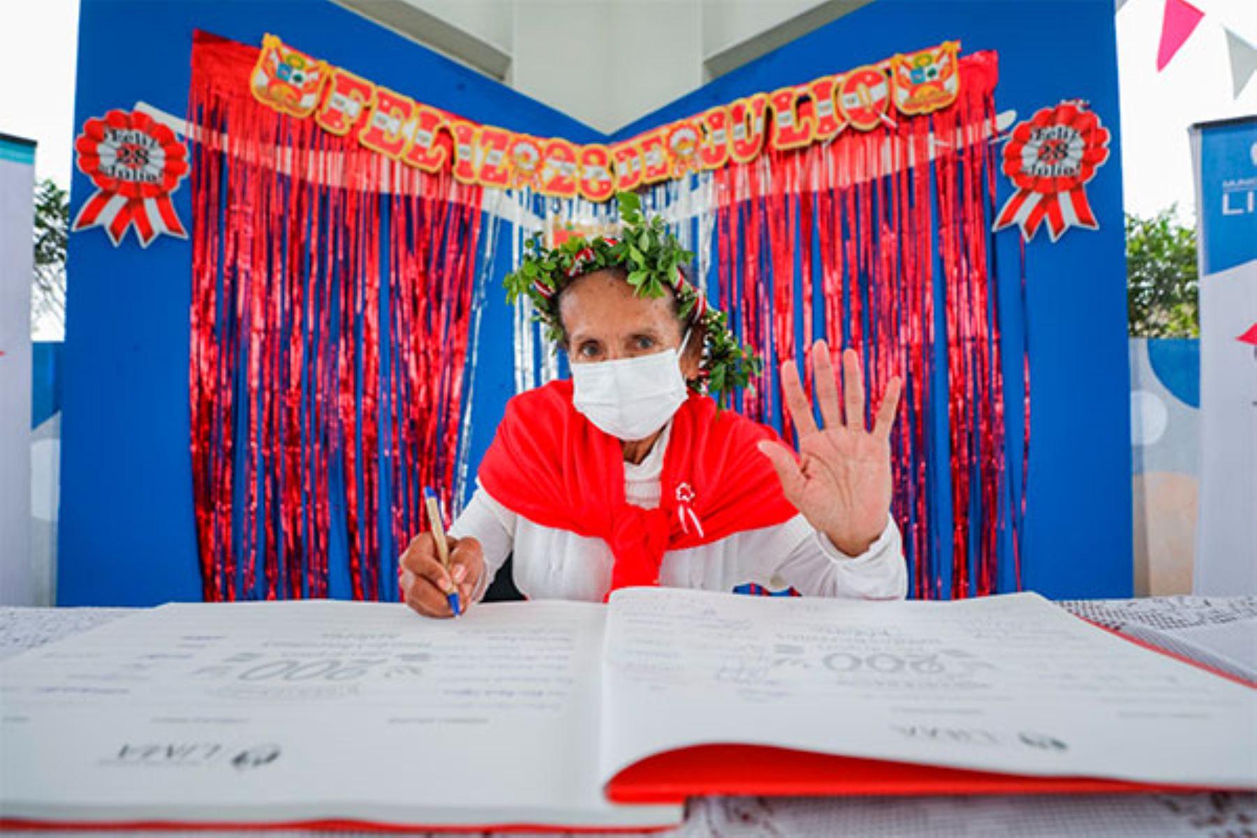 Adultos mayores de albergue municipal firmaron Libro Conmemorativo del Bicentenario