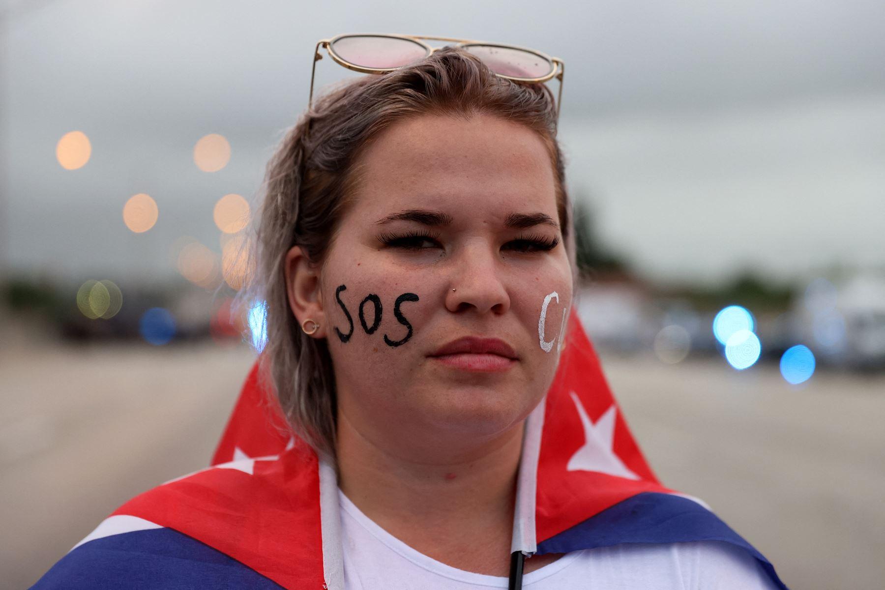 Anabel Alcaz se une a otros manifestantes que cerraron parte de la Autopista Palmetto mientras muestran su apoyo a la gente en Cuba que ha salido a las calles para protestar el 13 de julio de 2021 en Miami, Florida. Foto: AFP