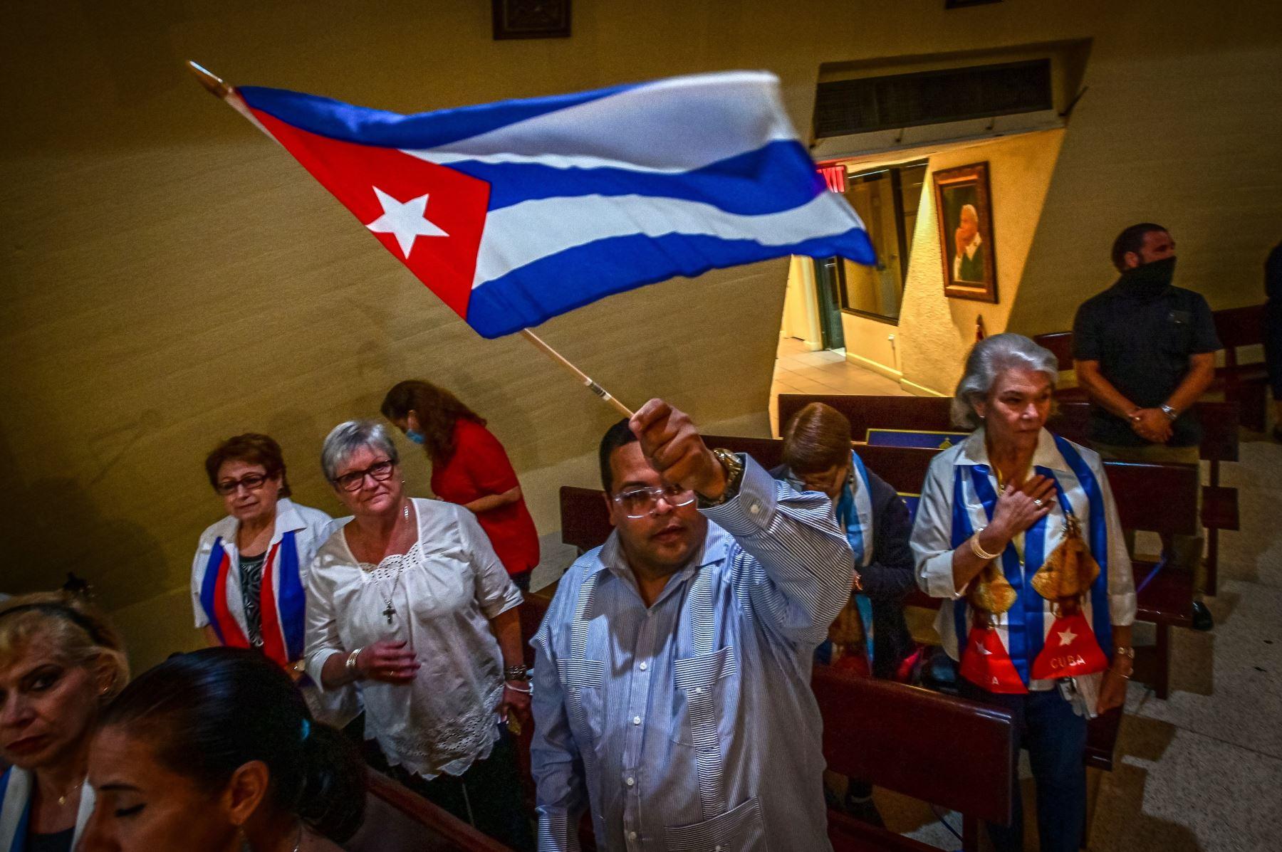 Varias personas rezan durante una misa especial por Cuba ofrecida por el arzobispo de Miami, Thomas Wenski, hoy, en el Santuario Nacional Ermita de la Caridad, en Miami, Florida. Foto: AFP