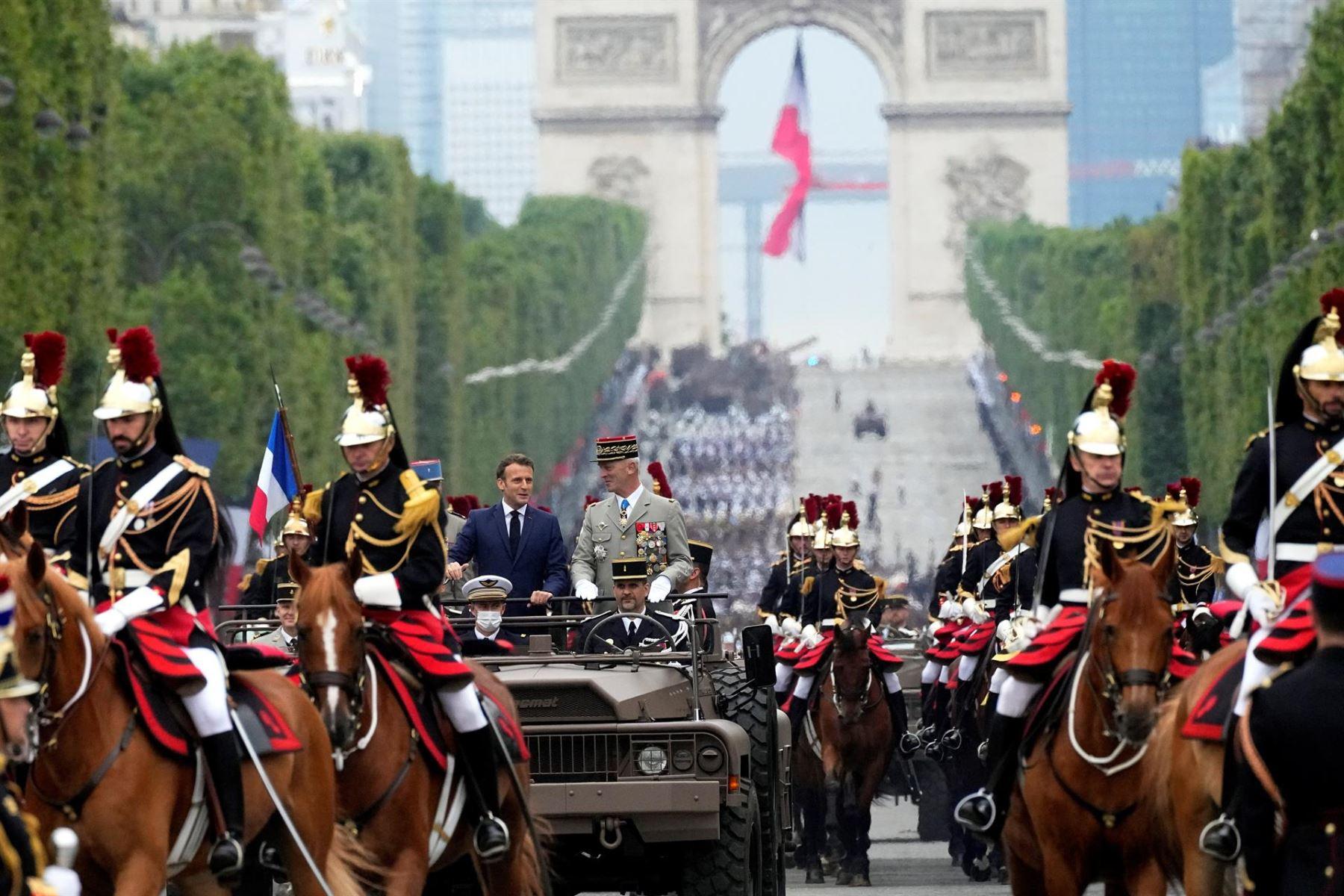Macron preside el desfile de la Fiesta Nacional con restricciones por covid-19