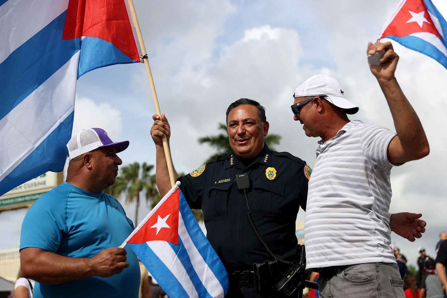 El jefe de policía de Miami, se encuentra con los manifestantes reunidos frente al restaurante Versailles para mostrar su apoyo a la gente en Cuba que ha salido a las calles para protestar  en Miami, Florida. Foto: AFP