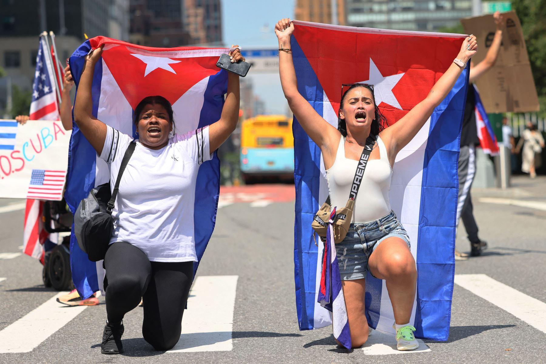 La gente se reúne para pedir ayuda a los manifestantes cubanos en la isla frente a las Naciones Unidas en la ciudad de Nueva York. Foto: AFP