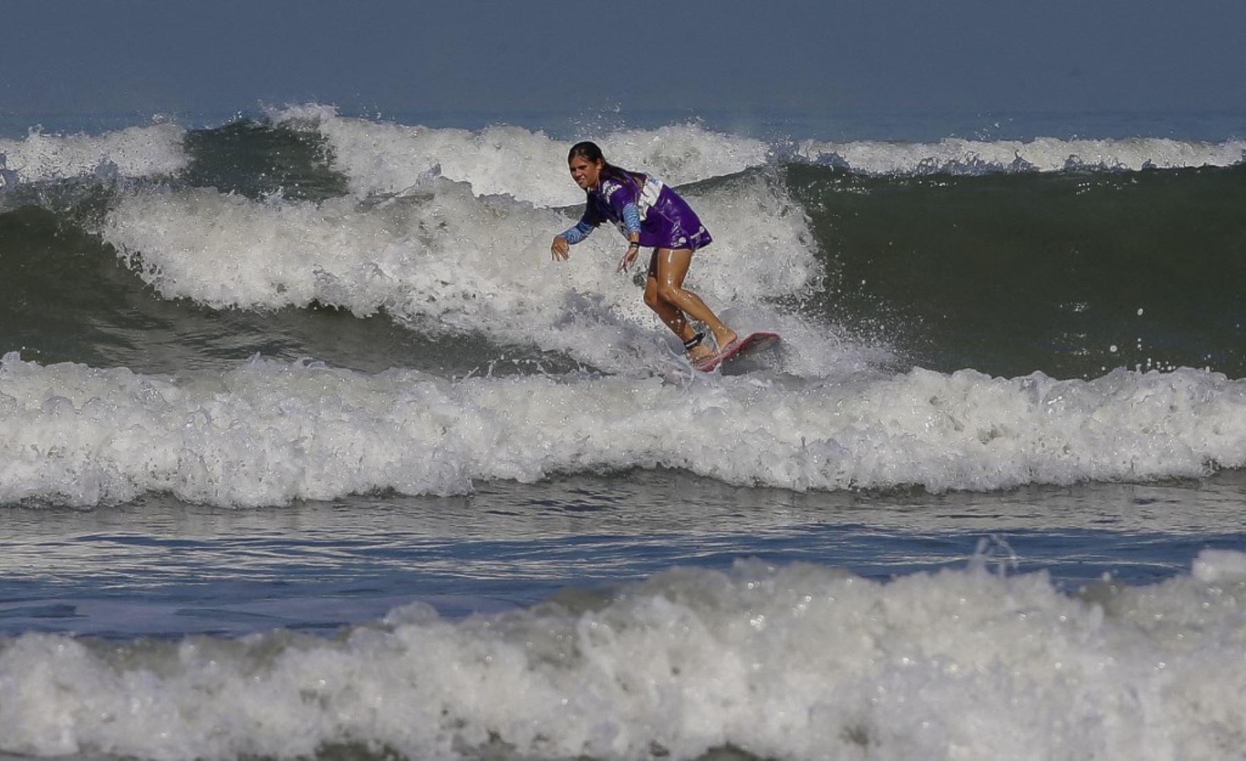 El surf, una tabla de esperanza para discapacitados en Brasil