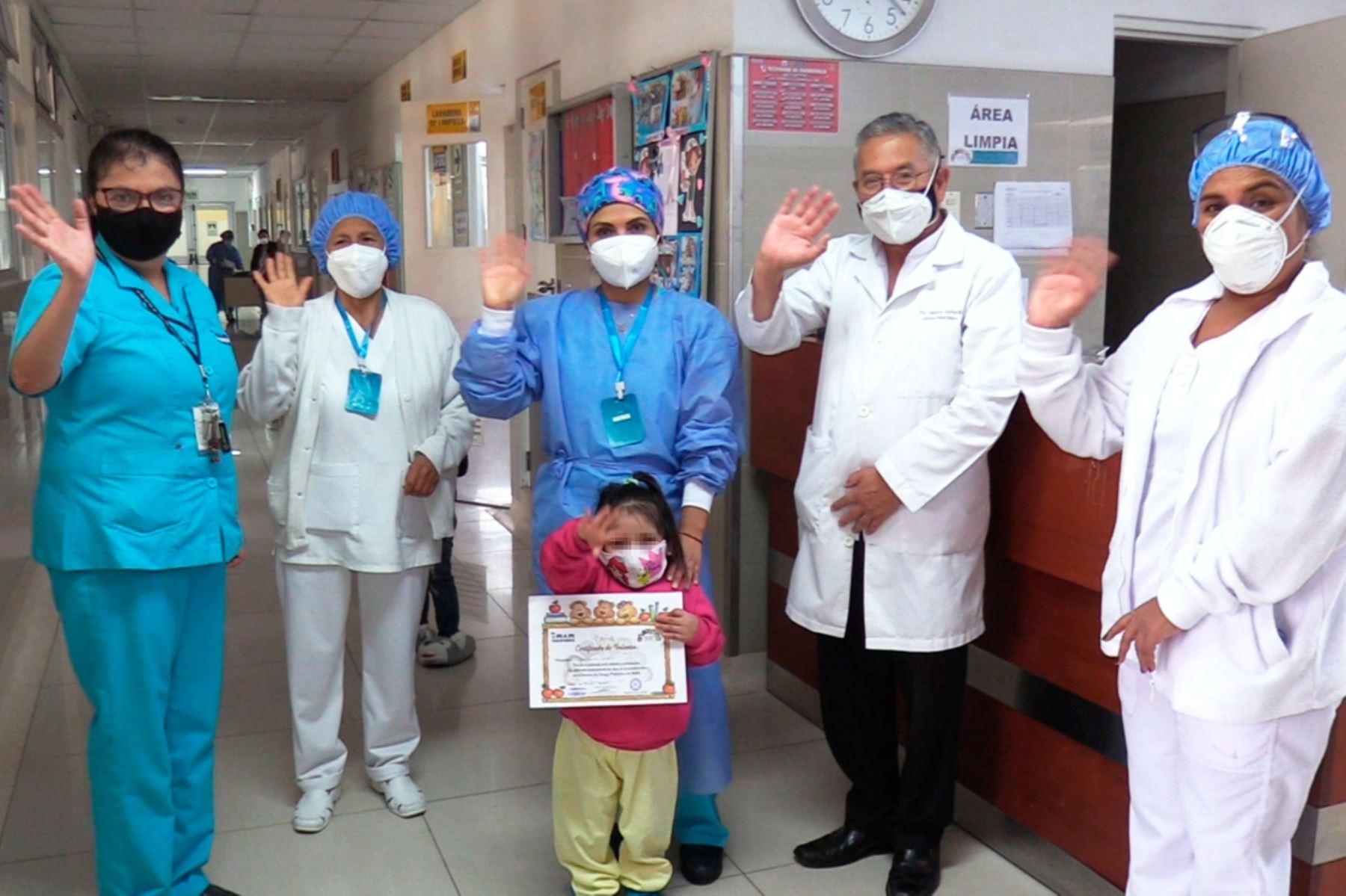 ¡Conmovedor! Otorgan diploma de valentía a niña que superó delicadas operaciones
