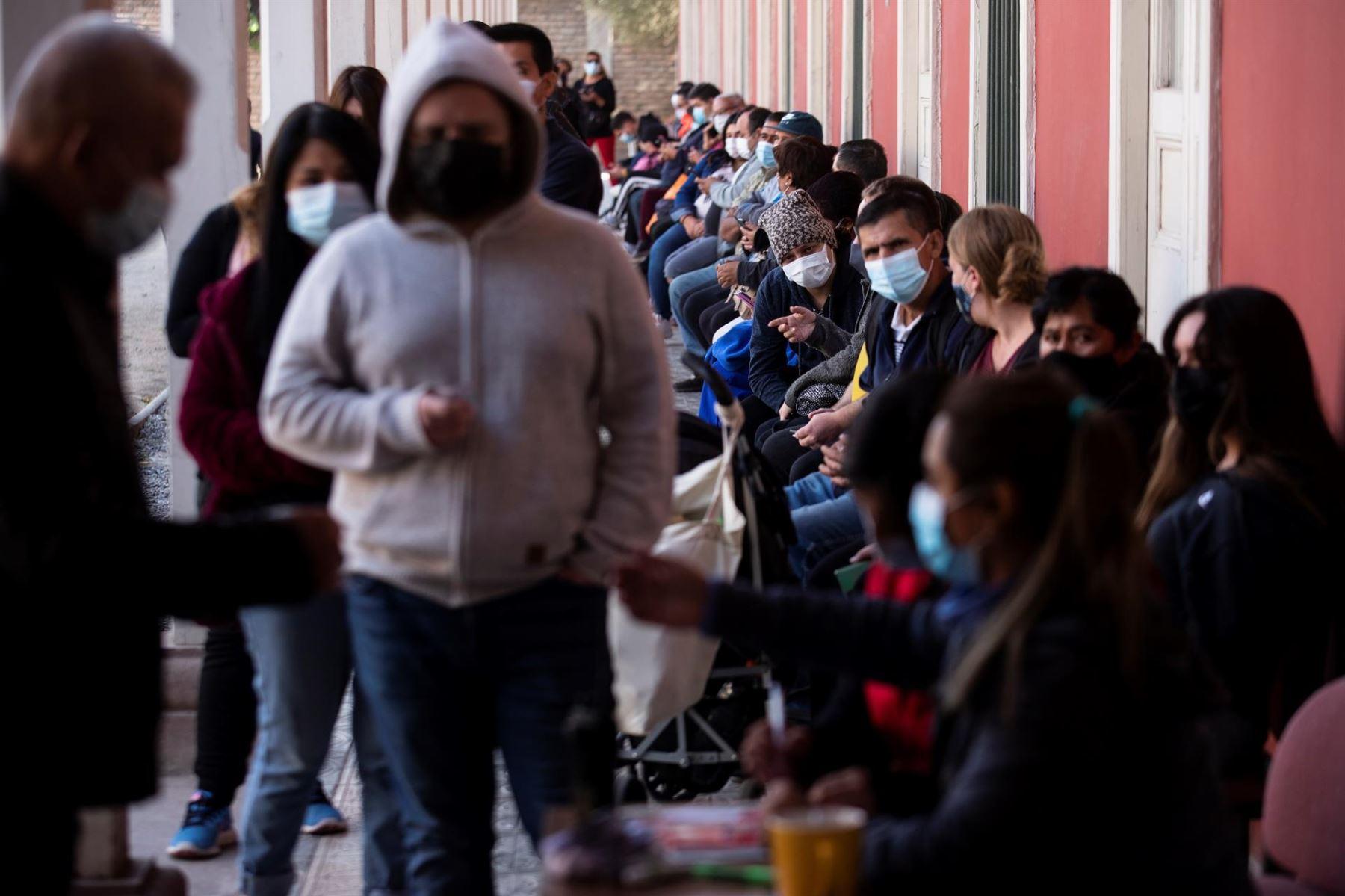Chile da un respiro a los vacunados y afloja medidas ante descenso de casos