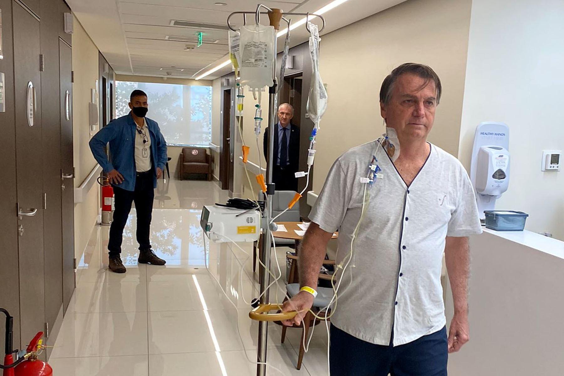 """Bolsonaro difunde en Twitter fotografía caminando en el hospital: \""""En breve, de vuelta\"""""""