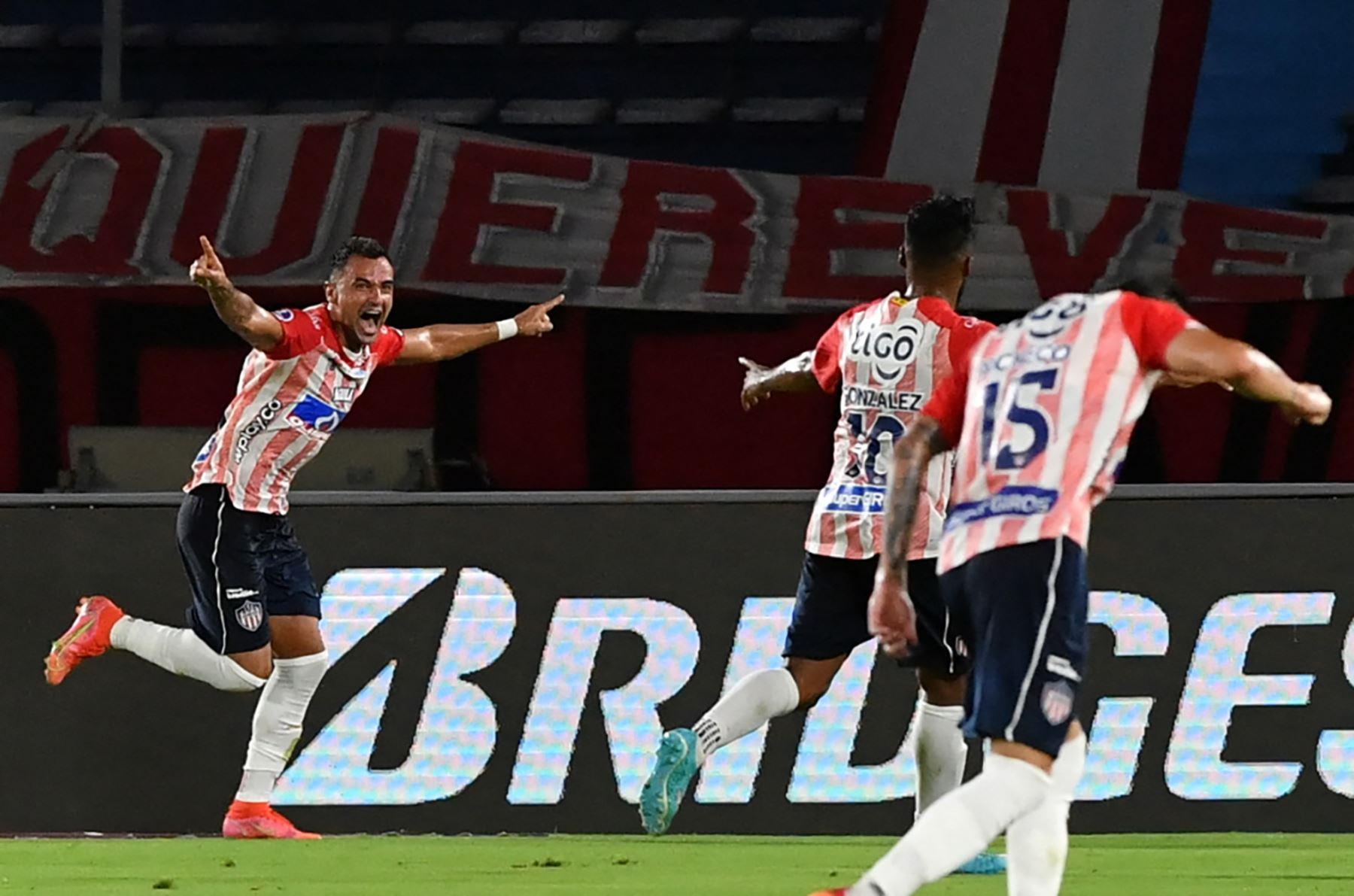Fútbol colombiano recibe hinchas en los estadios tras 16 meses de prohibición