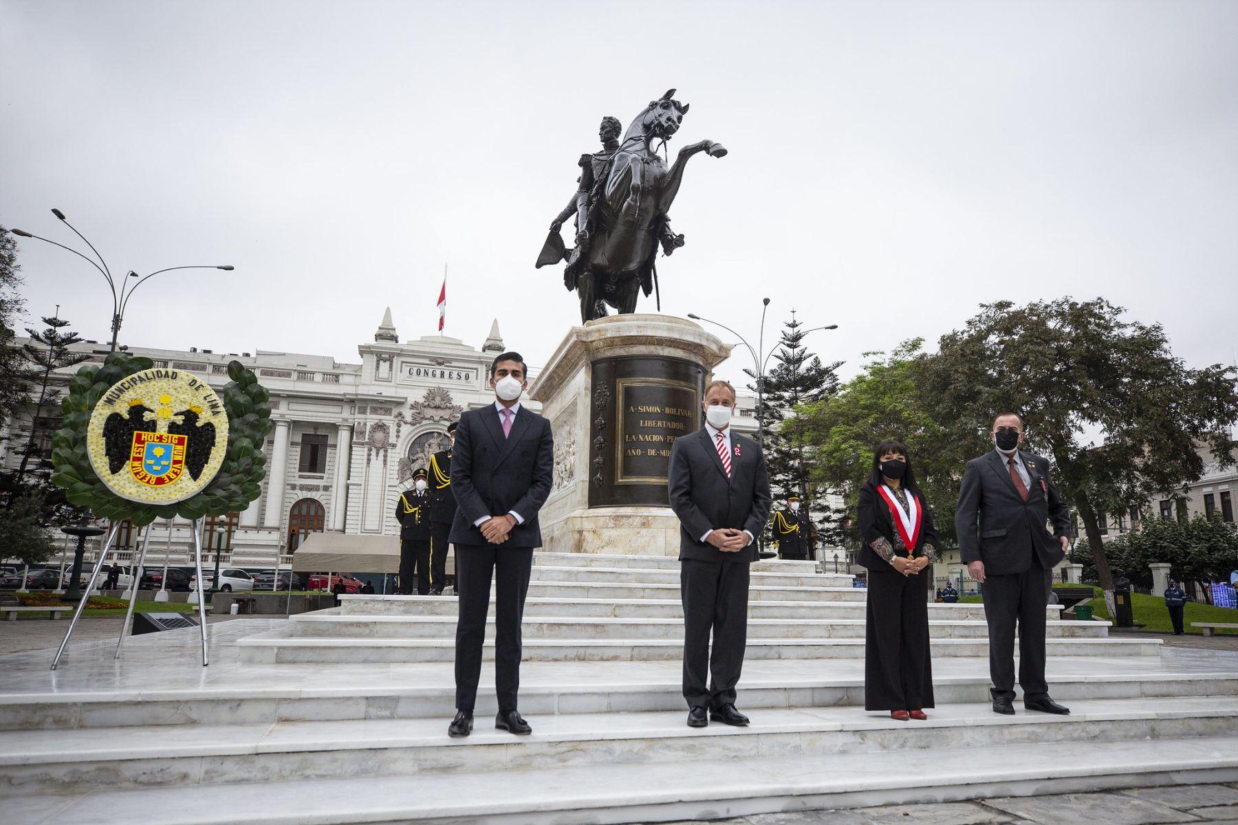 La presidenta del Congreso, Mirtha Vásquez; junto al alcalde de Lima, Jorge Muñoz, desvelan el monumento a Simón Bolívar, ubicado en la plaza de la Inquisición, del Palacio Legislativo. Foto: Municipalidad Metropolitana de Lima/Cortesía.