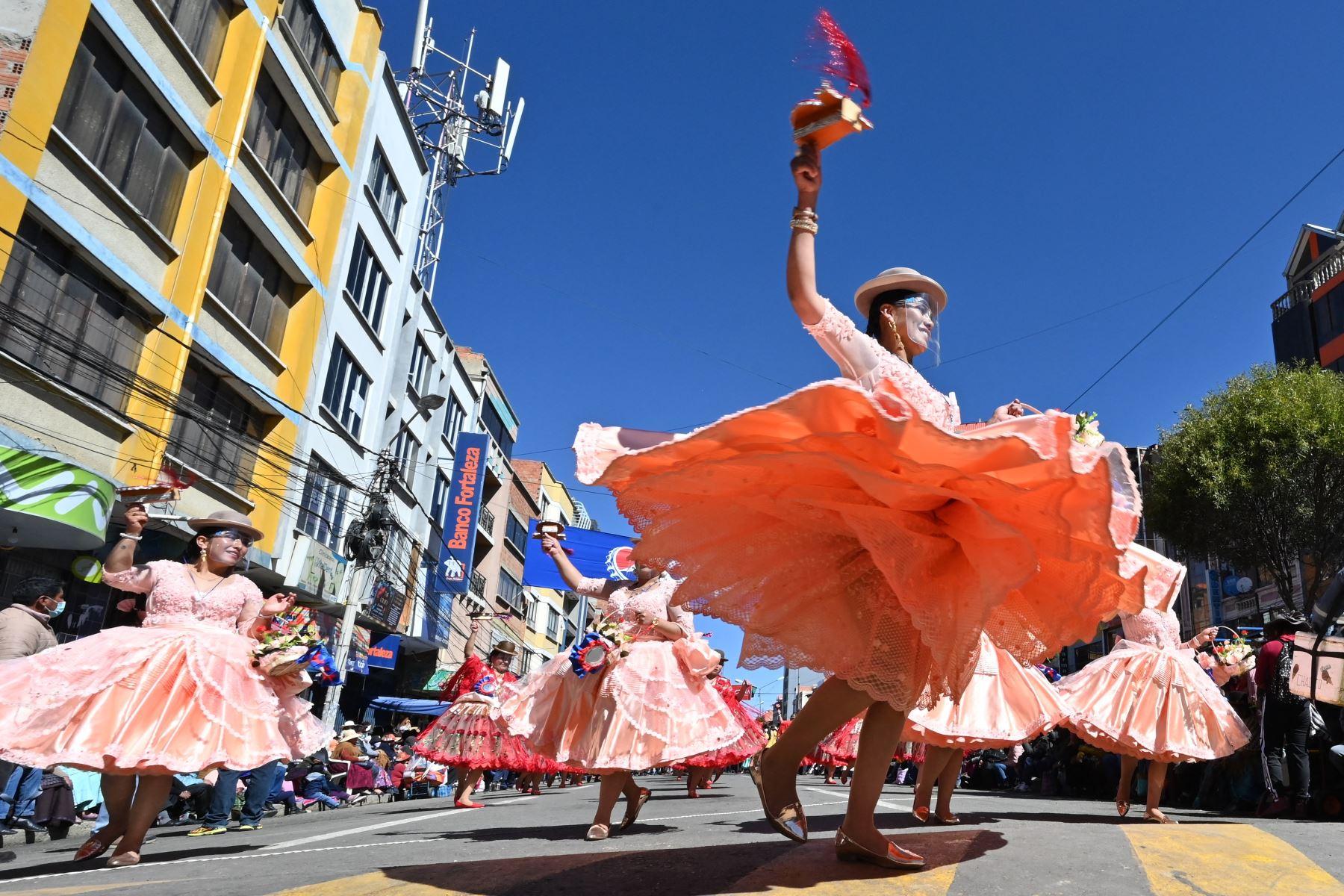 Bolivianos retoman fiestas folclóricas tras más de un año