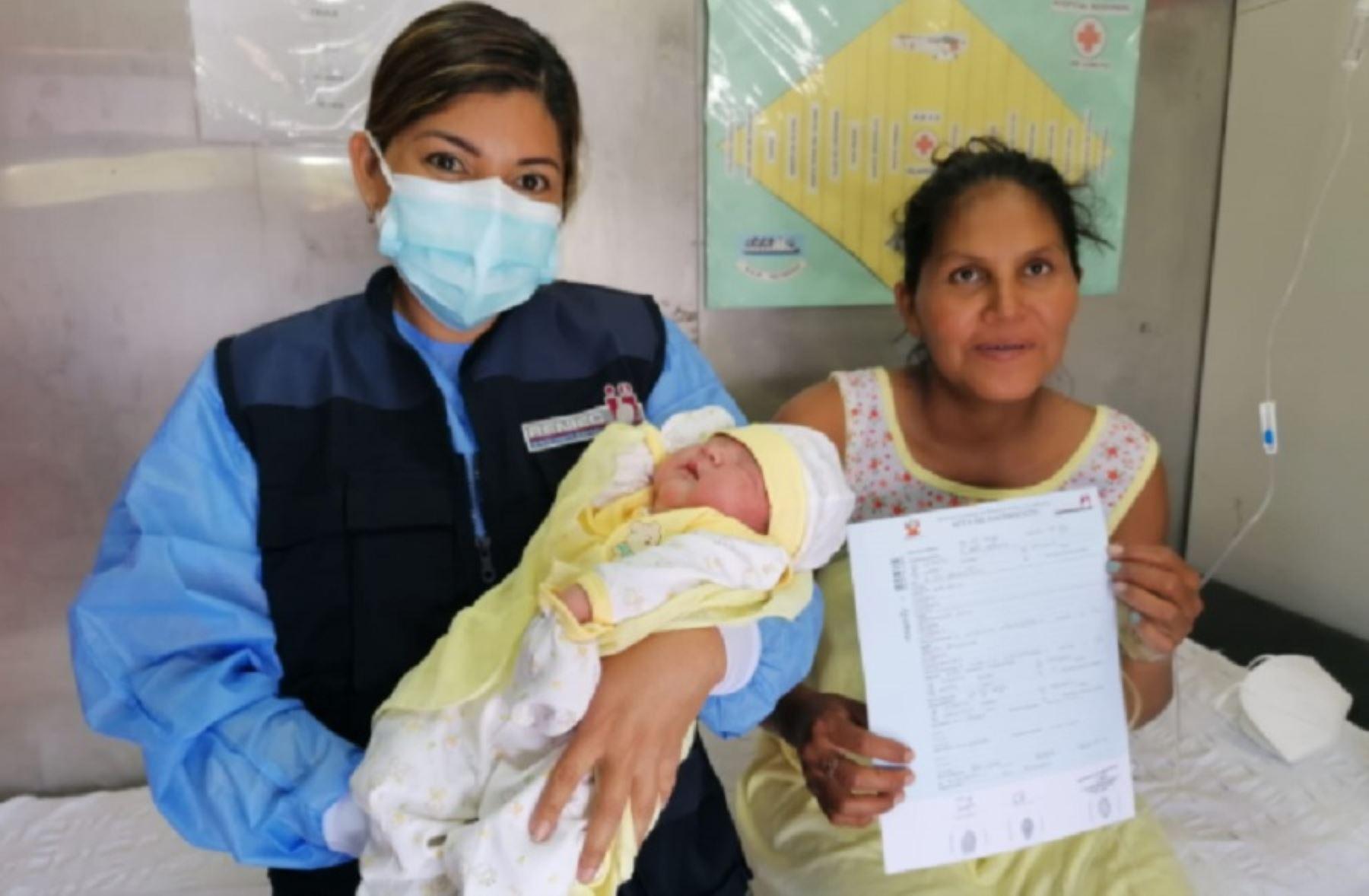 Rossana Correa, de 33 años de edad, tuvo una mañana especial en la comunidad nativa de San Rafael. Con 38 semanas de gestación y constantes dolores de parto, esperaba la llegada del personal médico que viaja a bordo del BAP Río Yahuas, como parte de la segunda campaña de acción social del 2021.