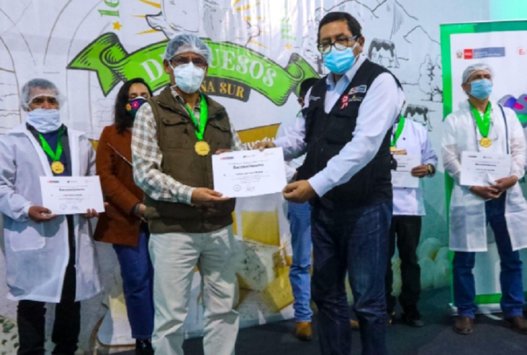 """Las regiones de Arequipa y Puno se adjudicaron los primeros lugares del """"I Concurso Macrorregional de Quesos- Zona Sur"""", organizado por el Ministerio de Desarrollo Agrario y Riego (Midagri)."""