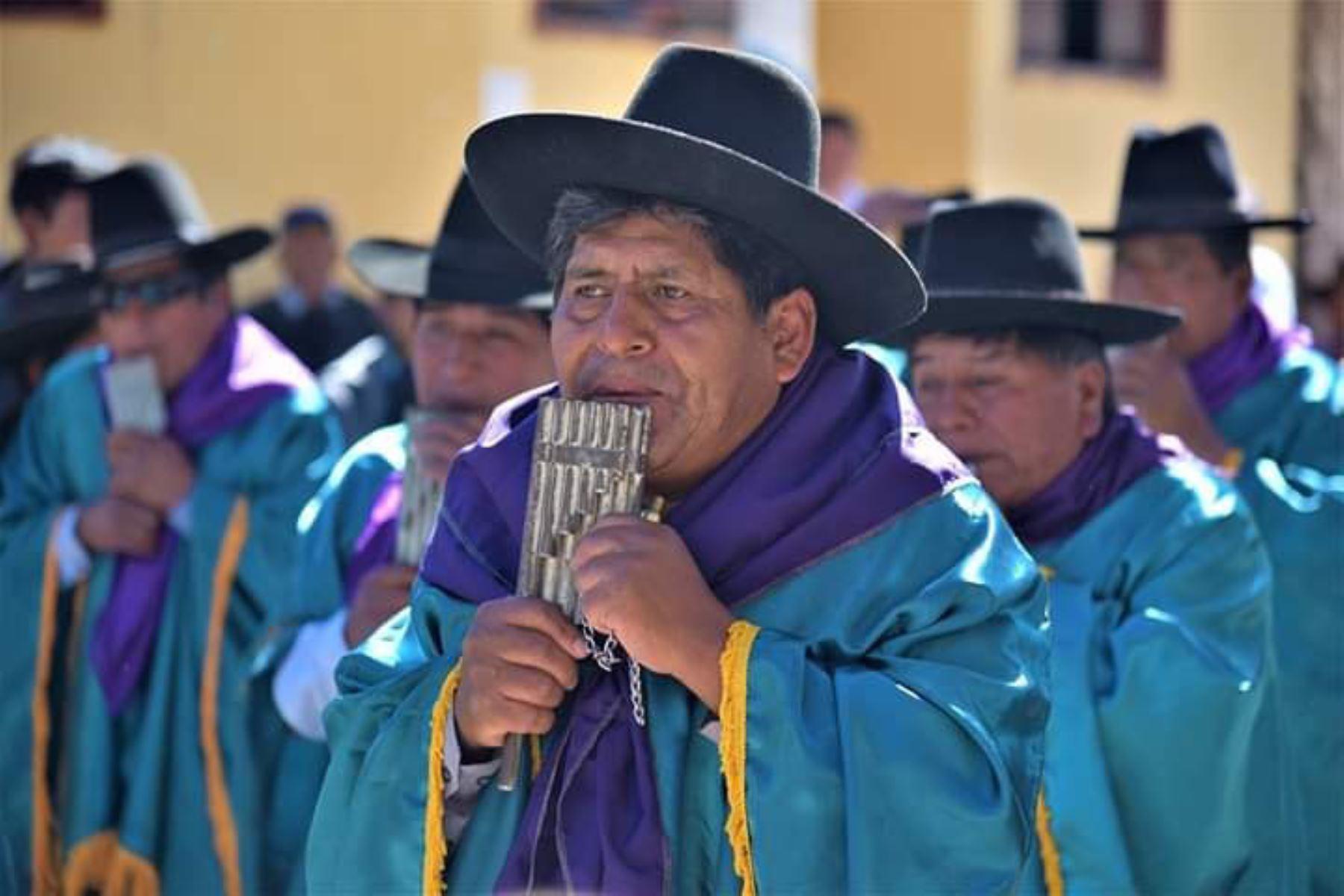 La zampoña metálica de Tacna, de acuerdo a los estudios, surgió en el distrito de Cairani, provincia de Candarave  y fue creada por el artesano  Toribio Machaca, quién  confeccionó una tropa o juego de zampoñas de metal con latas de alcohol provenientes de Bolivia. ANDINA/Difusión