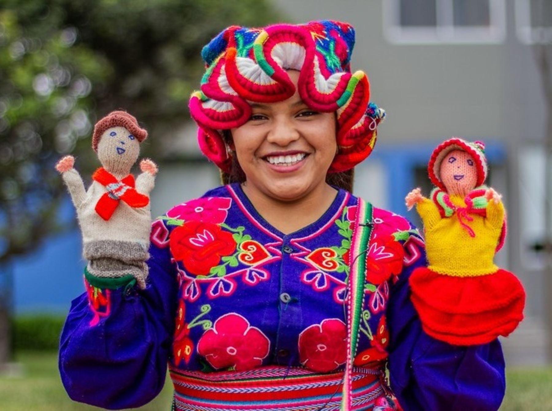Ella es Yemily Cruz, la joven docente que trabaja para preservar el aimara en Puno