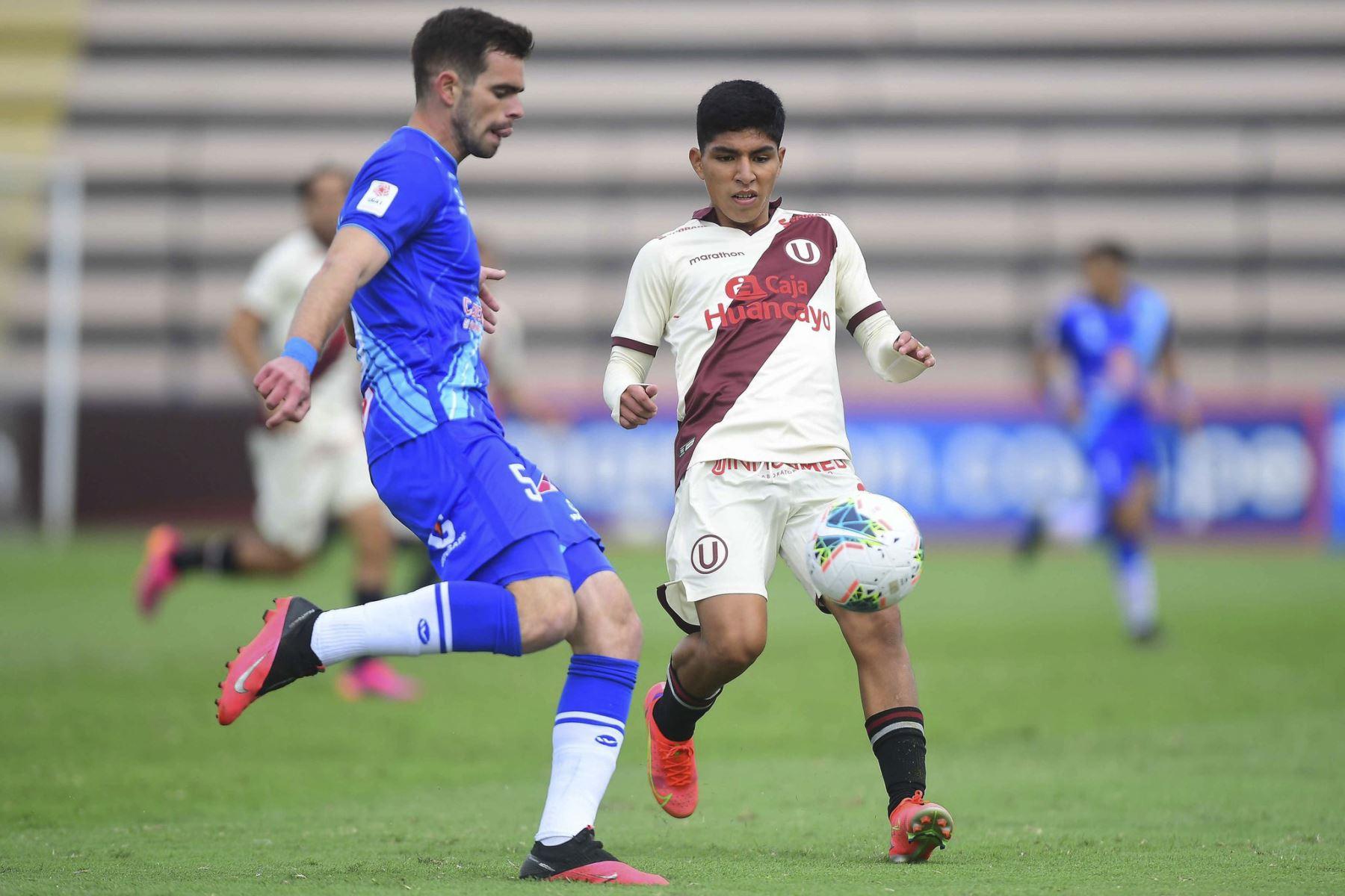 M. Ganoza de Alianza Atlético se enfrenta por el balón ante la marca de su rival de Universitario durante partido por la primera fecha de la Liga 1, en el Estadio Miguel Grau del Callao. Foto: Liga 1
