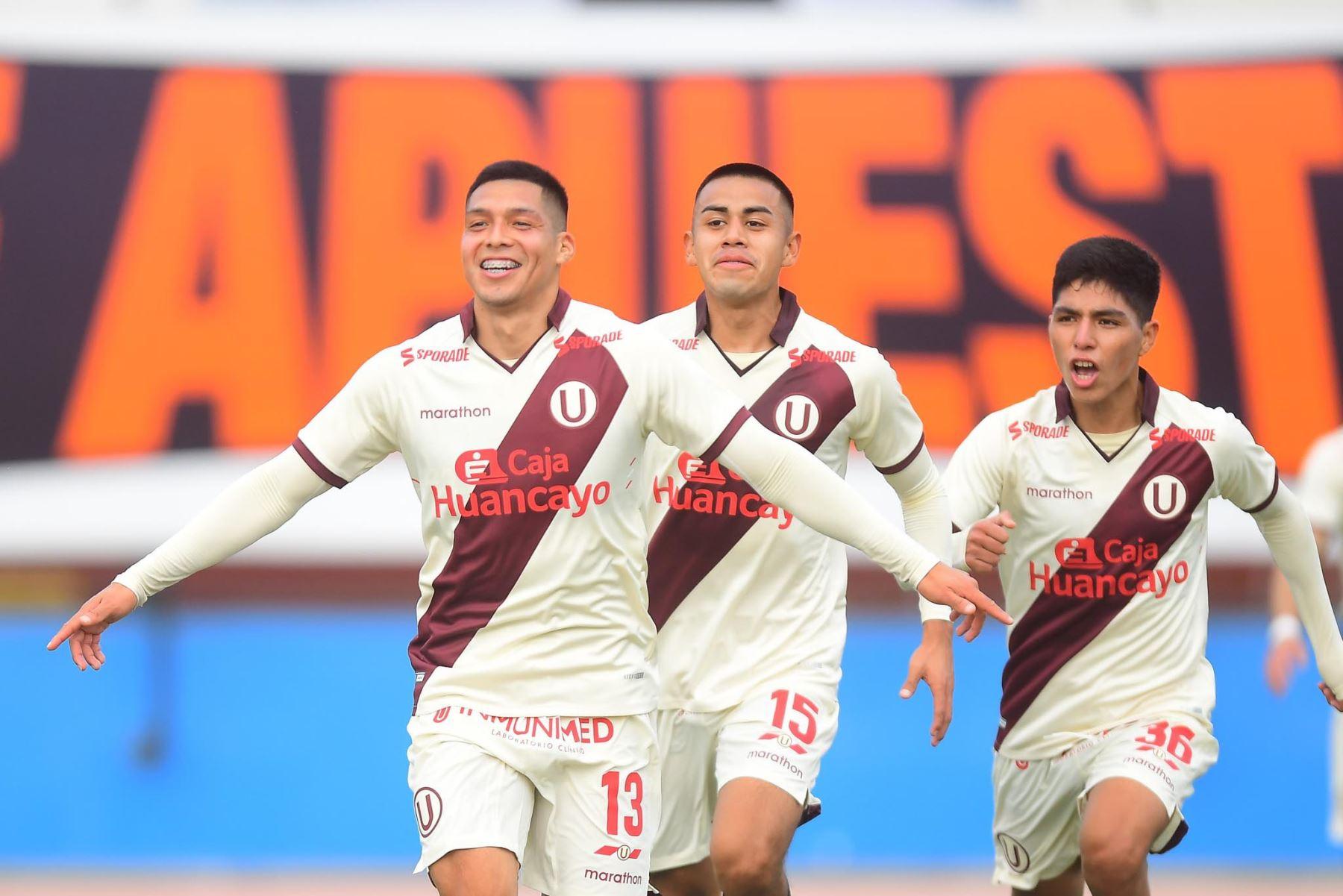 Gerson Barreto de Universitario celebra con sus compañeros tras anotar el 1-0 ante Alianza Atlético durante partido por la primera fecha de la Liga 1, en el Estadio Miguel Grau del Callao. Foto: Liga 1