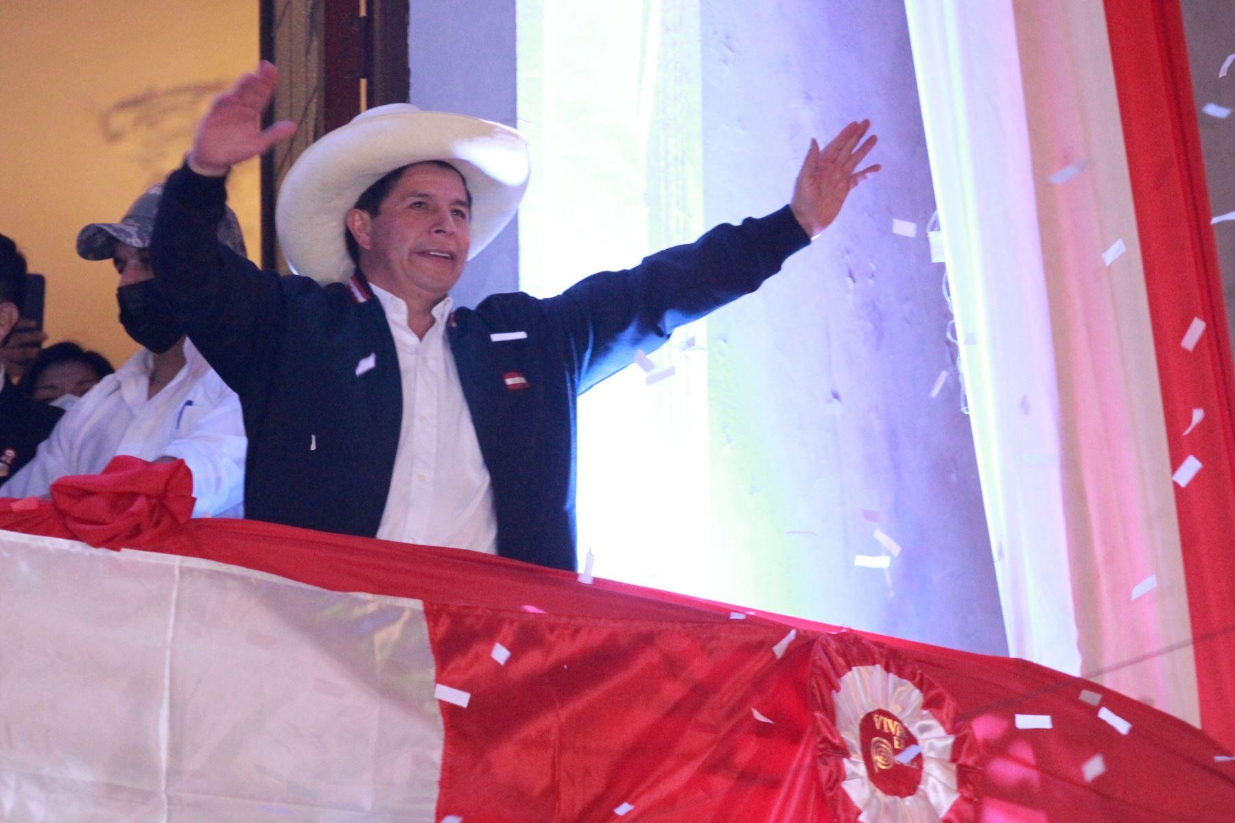 El presidente electo Pedro Castillo, se dirige a sus  simpatizantes en el local partidario de Perú Libre, Tras  proclamación del Jurado Nacional de Elecciones. Foto: ANDINA/Jhony Laurente