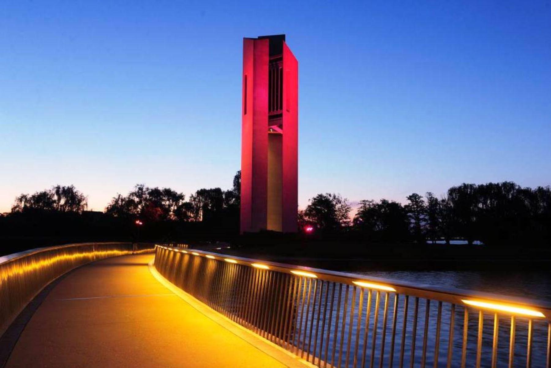 El emblemático edificio National Carillon, ubicado en el centro Canberra, capital de Australia, fue iluminada con los colores rojo y blanco del Perú. Foto: ANDINA.