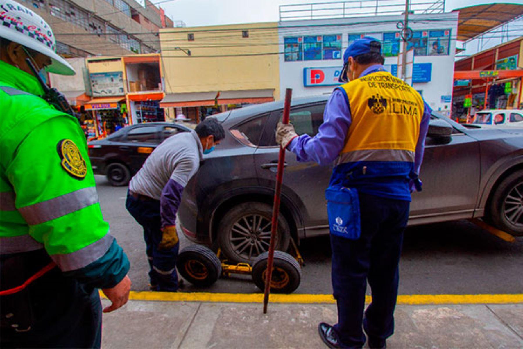 Municipalidad de Lima impuso multas de S/352 por abandonar las unidades en la vía pública o estacionar en zonas prohibidas. Foto: ANDINA/MML.