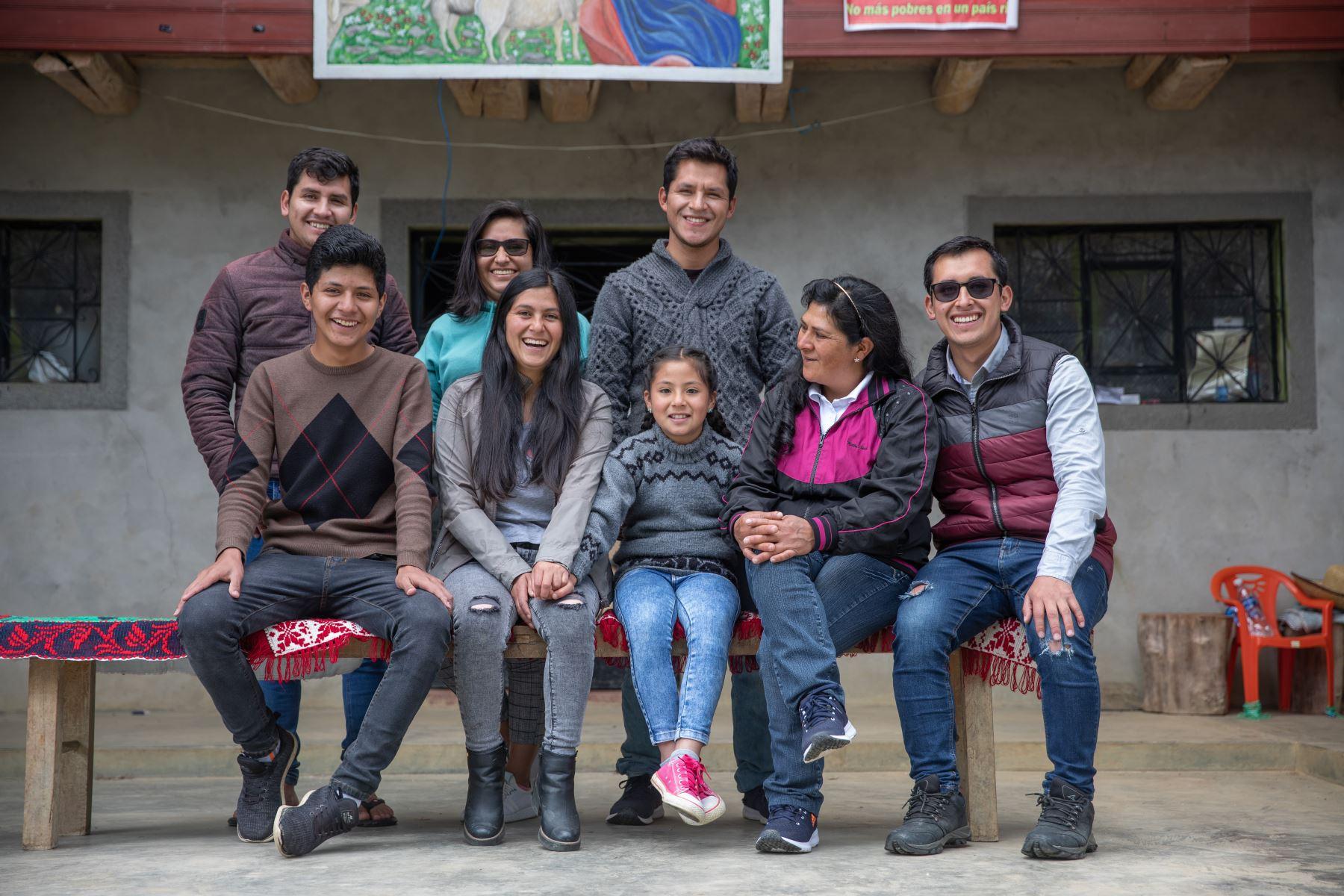 La pareja vive con sus tres hijos. Paredes indicó que la mayor, quien trabaja como administradora de empresas, fue adoptada por ella tras quedarse huérfana. Foto: ANDINA/ Andrés Valle