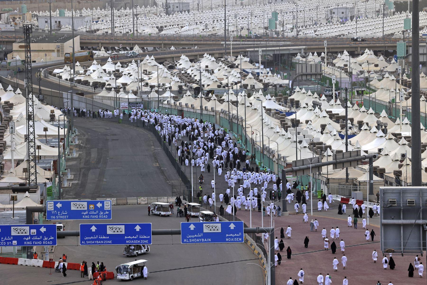 Los adoradores musulmanes acuden a realizar ritual simbólico de lapidación del diablo, como parte de la peregrinación del Hajj en Mina, cerca de la ciudad santa de La Meca, en Arabia Saudita. Foto: AFP
