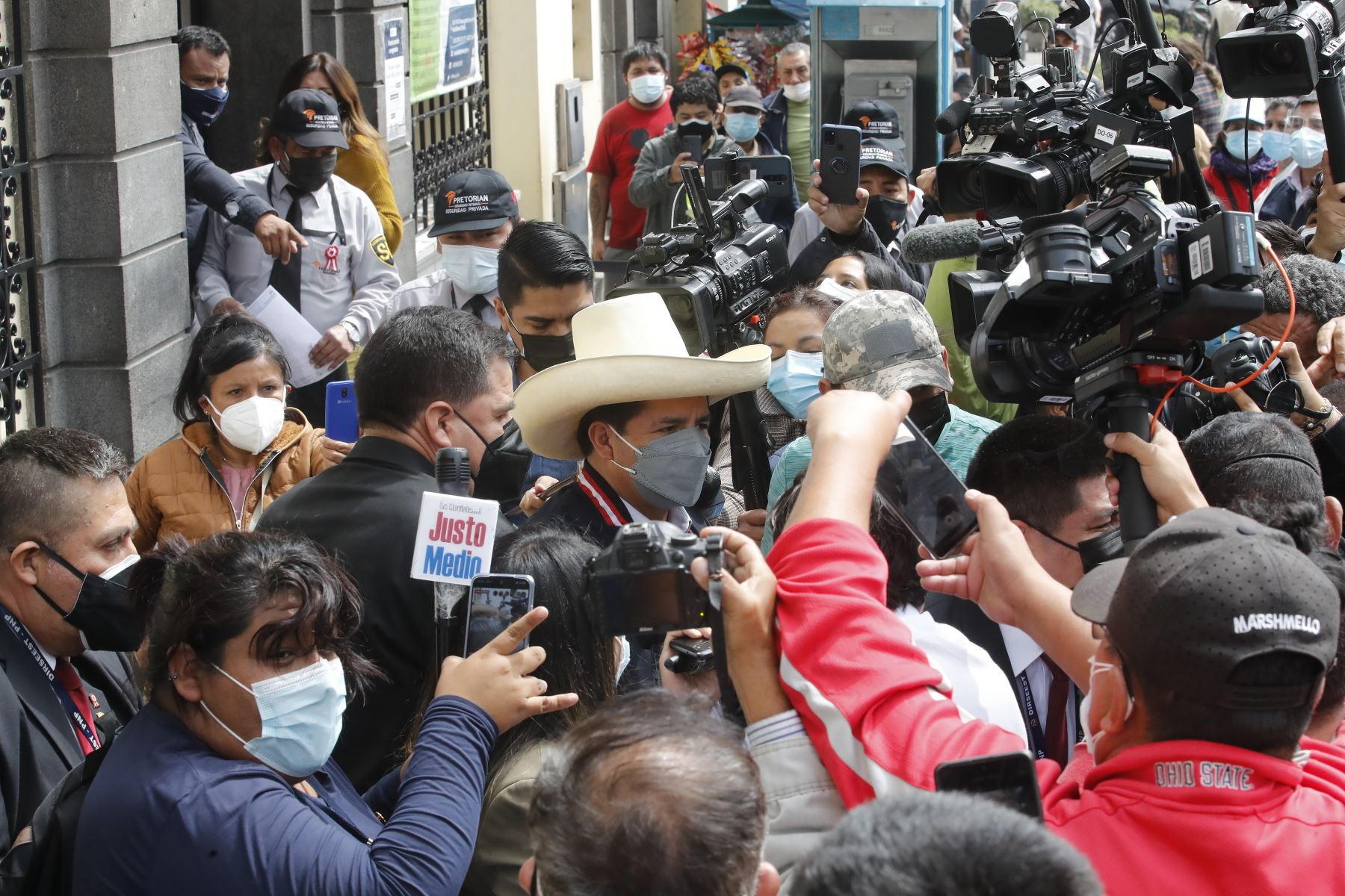 Presidente electo Pedro Castillo llega a la sede del Reniec, en el jirón Ancash, Centro de Lima. Foto: ANDINA/Juan Carlos Guzmán