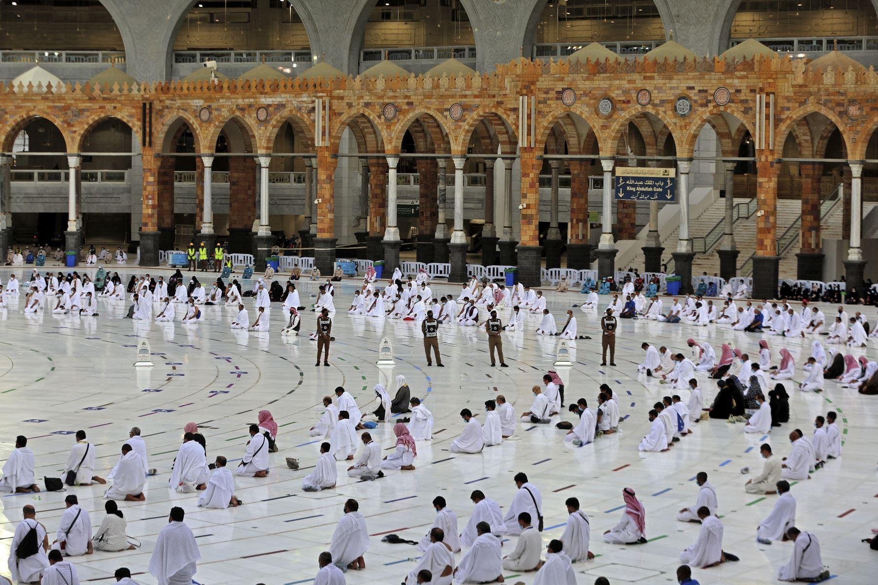 Los fieles realizan las oraciones de al-Adha el primer día de la fiesta alrededor de la Kaaba, el santuario más sagrado del Islam, en la Gran mezquita de la ciudad sagrada de La Meca. Foto: AFP