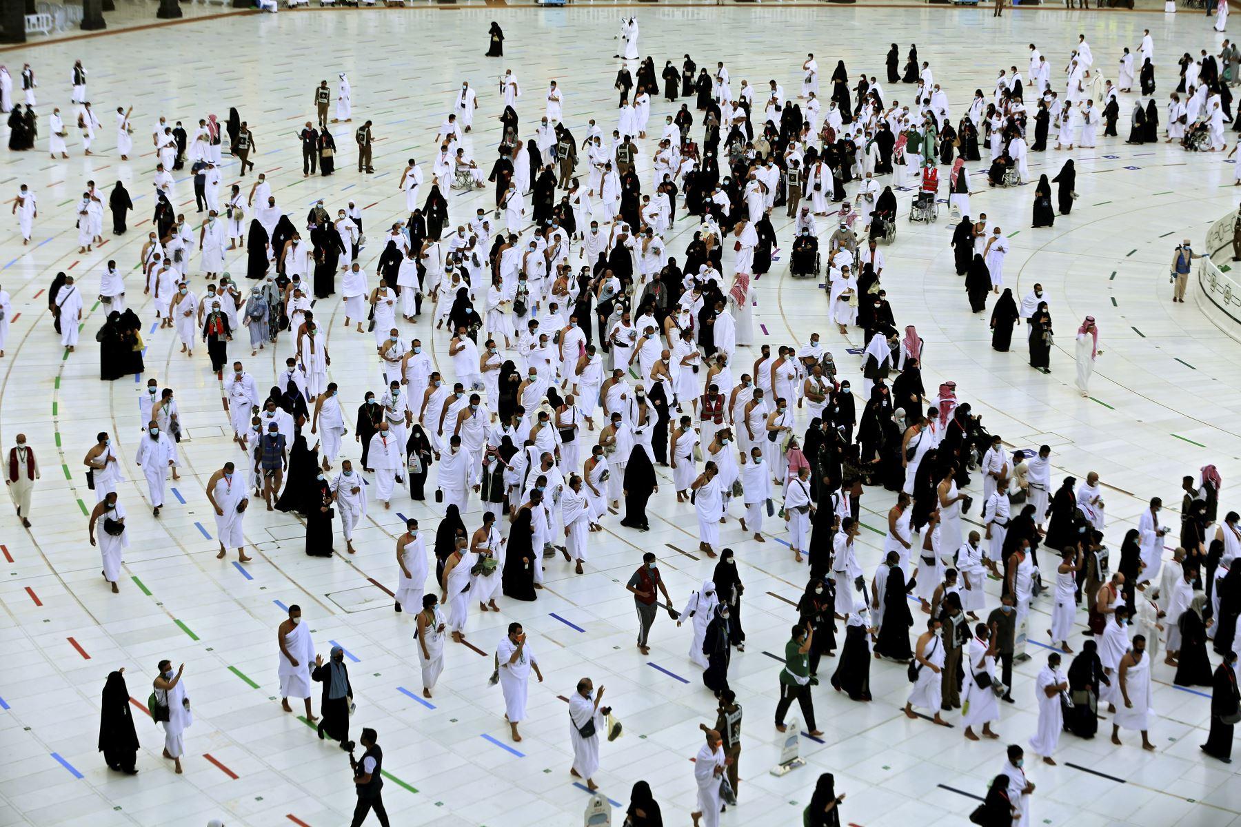 Los fieles circunvalan la Kaaba, el santuario más sagrado del Islam, en la Gran mezquita de la ciudad saudita de La Meca, el primer día de la fiesta de al-Adha celebrada por los musulmanes de todo el mundo. Foto: AFP
