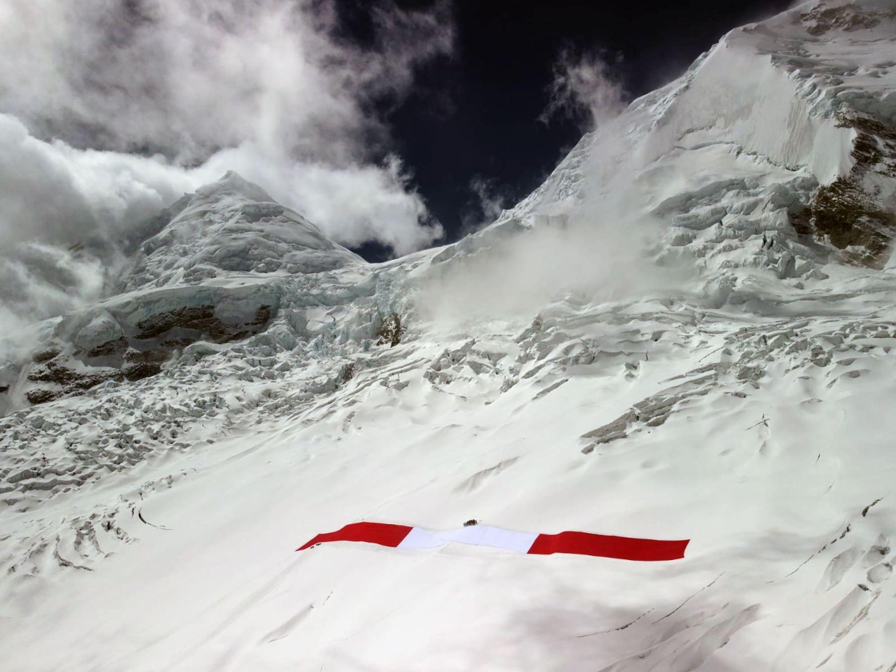 Bicentenario: Áncash celebra presencia de gigantesca bandera en nevado Huascarán