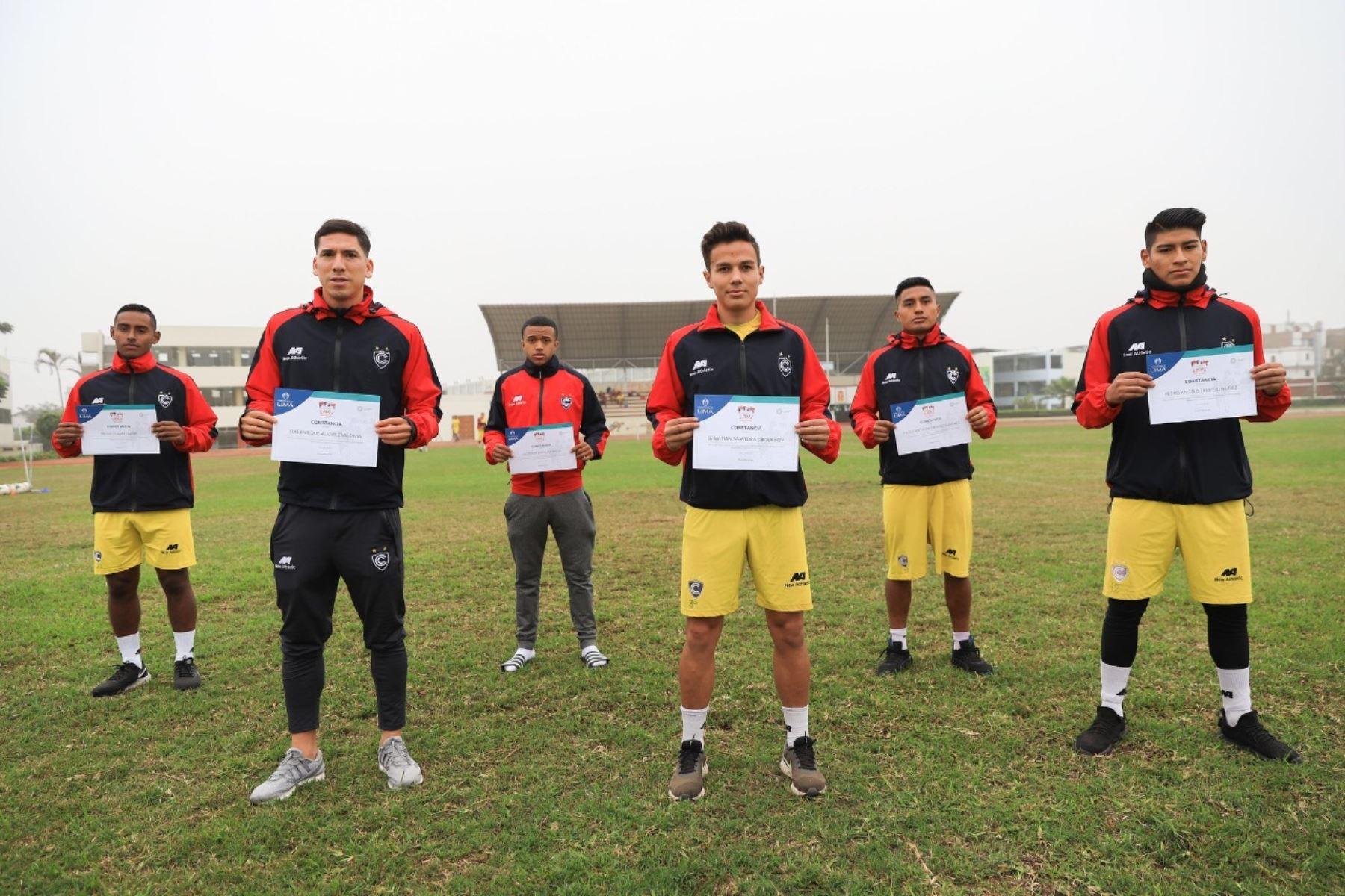 Los jugadores del Cienciano firmaron el acta del Bicentenario