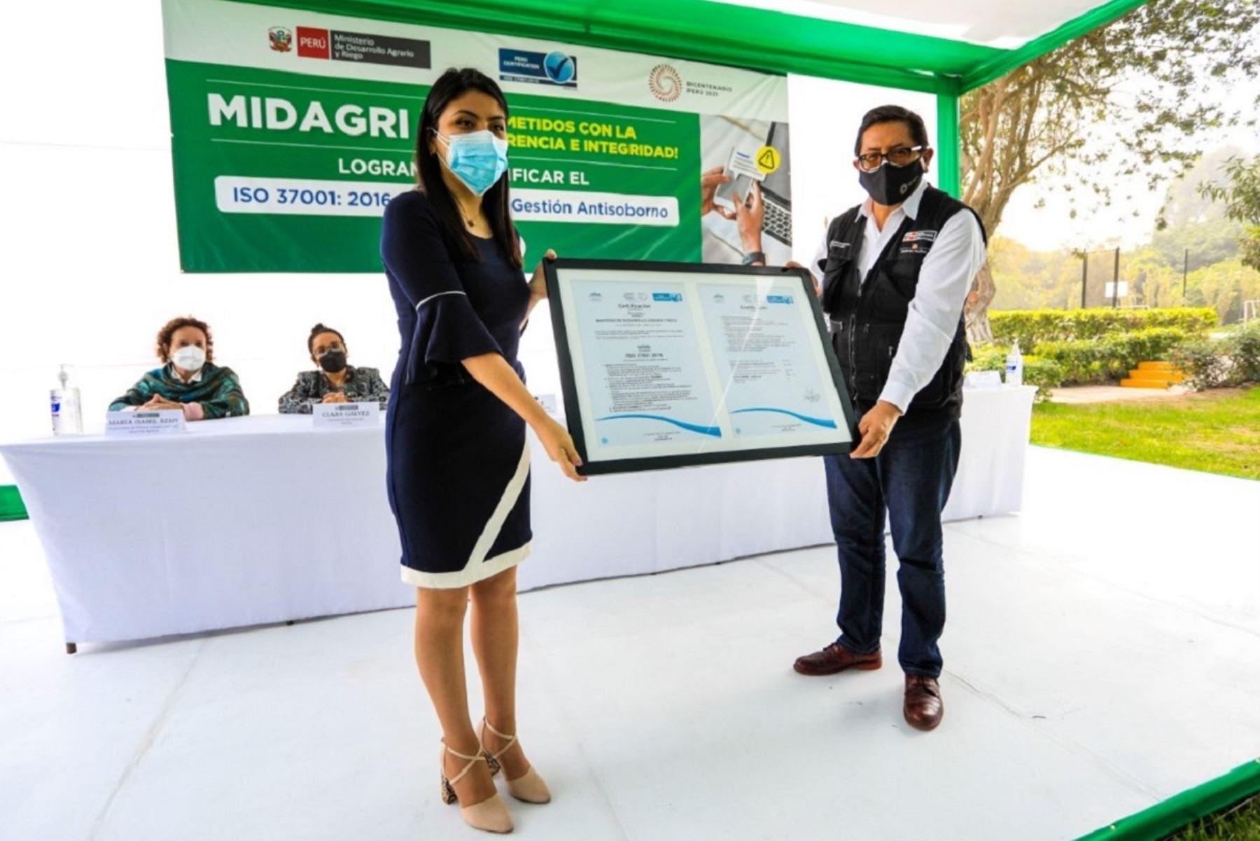Titular del Midagri, Federico Tenorio, muestra certificación de gestión antisoborno a su cartera ministerial. Foto: Cortesía.