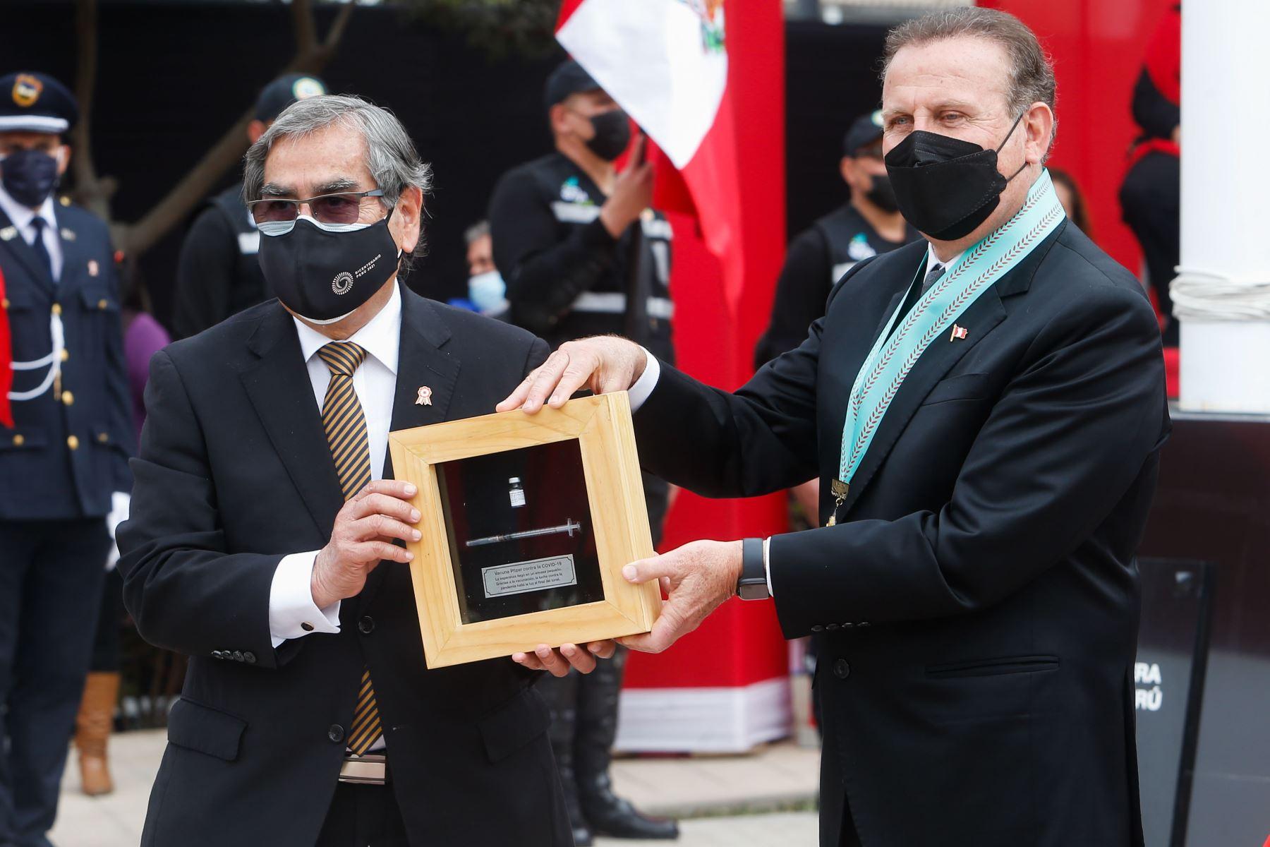 Ministro de Salud,  Óscar Ugarte participa en el reconocimiento por su contribución en el manejo de la pandemia y el desarrollo del proceso de vacunación contra la covid- 19. Foto: Minsa