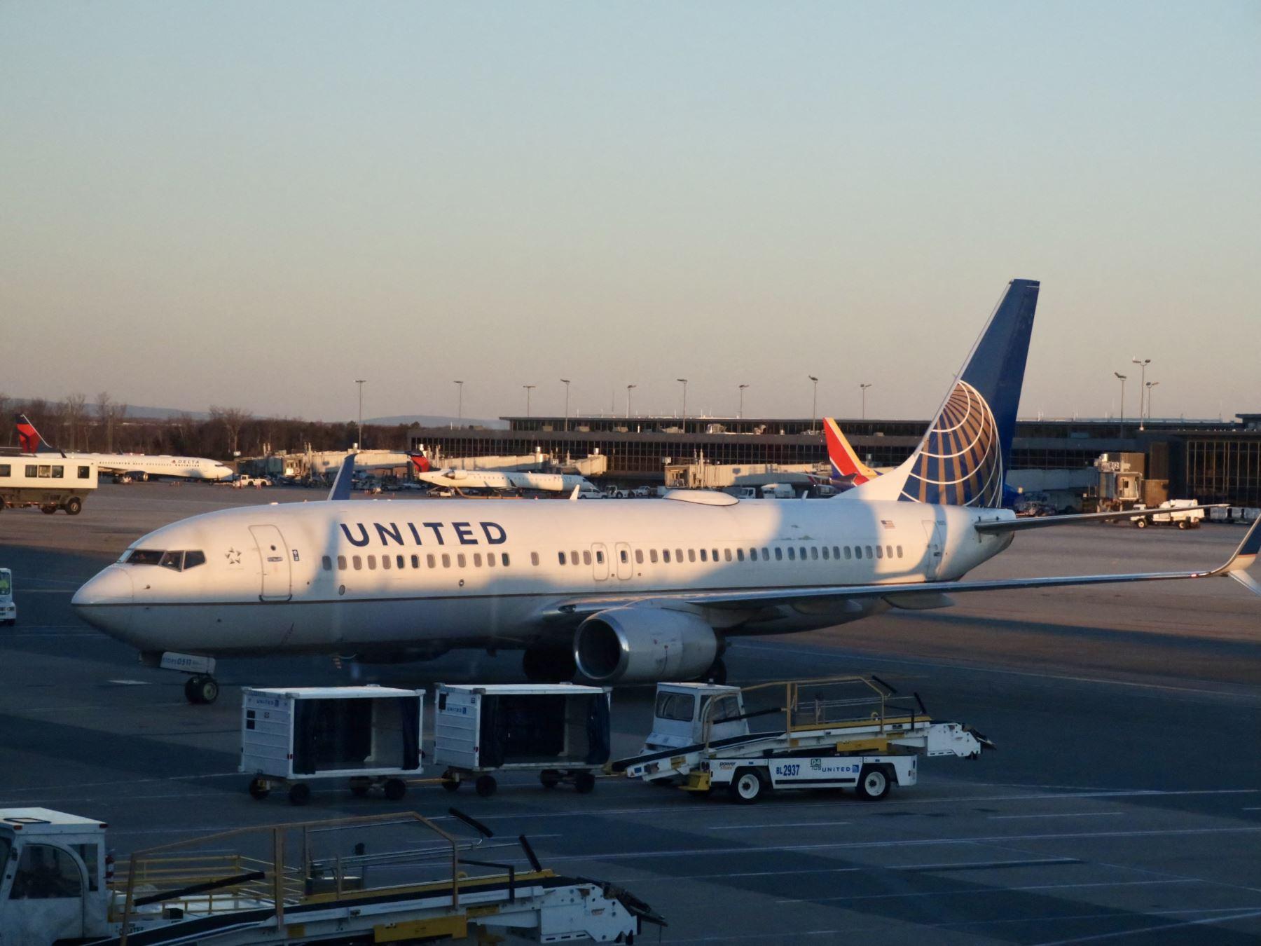 United Airlines sigue en rojo pero espera repunte del tráfico aéreo