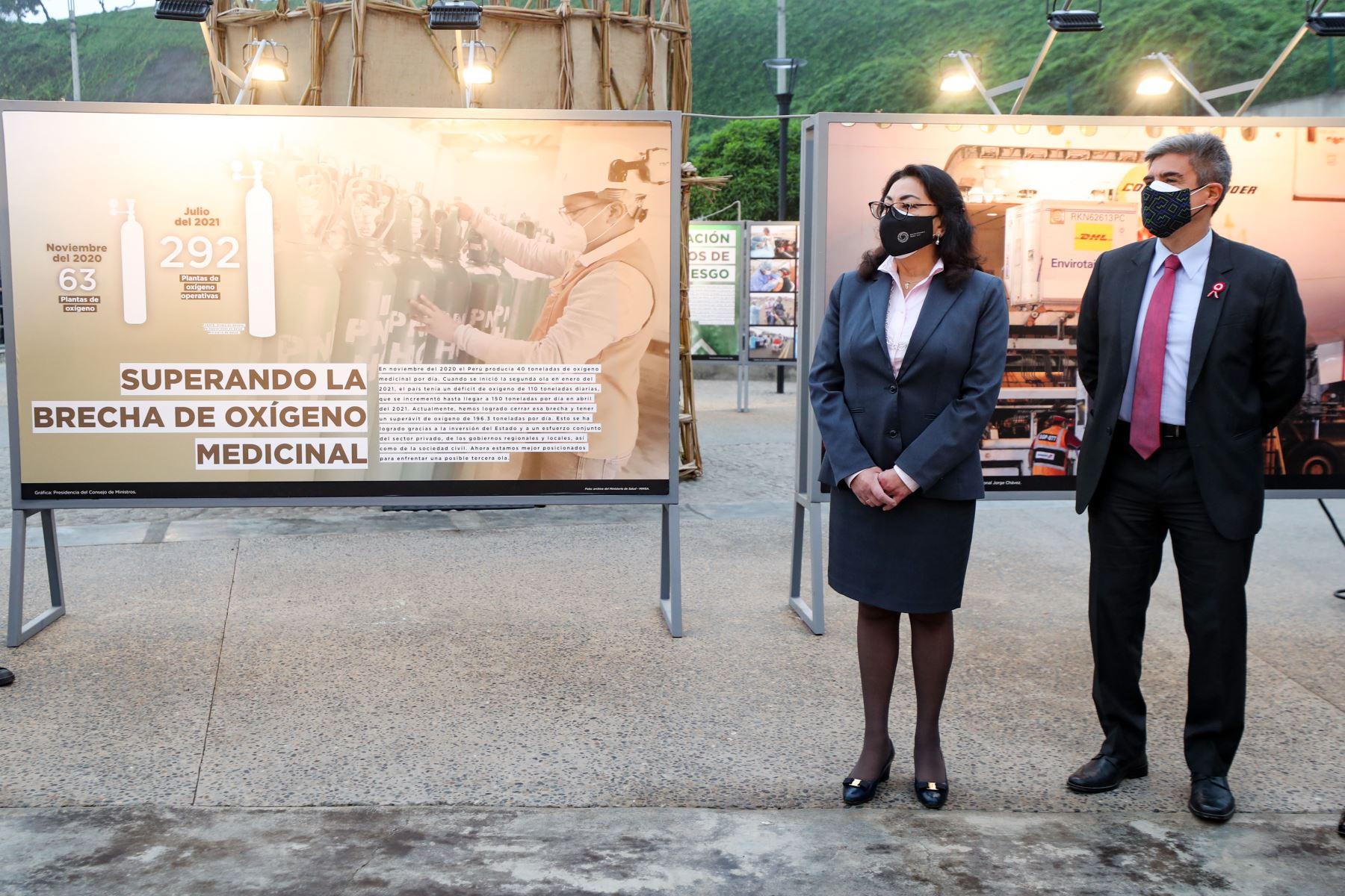 """Presidenta del Consejo de Ministros, Violeta Bermúdez y el ministro de Cultura, Alejandro Neyra hacen un recorrido en la exposición """" En nuestras manos """" que se exhibe en el LUM. Foto: PCM"""