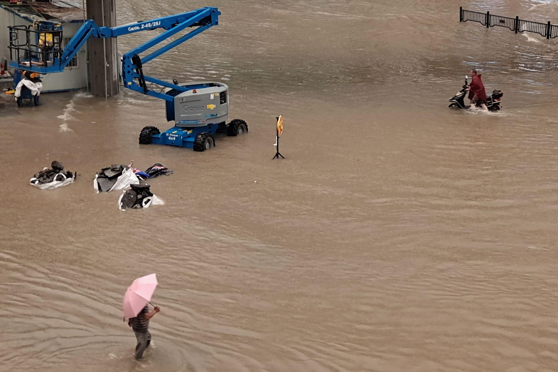 La inundación se observa a lo largo de la calle después de las fuertes lluvias en Zhengzhou, en la provincia de Henan, en China. Foto: AFP