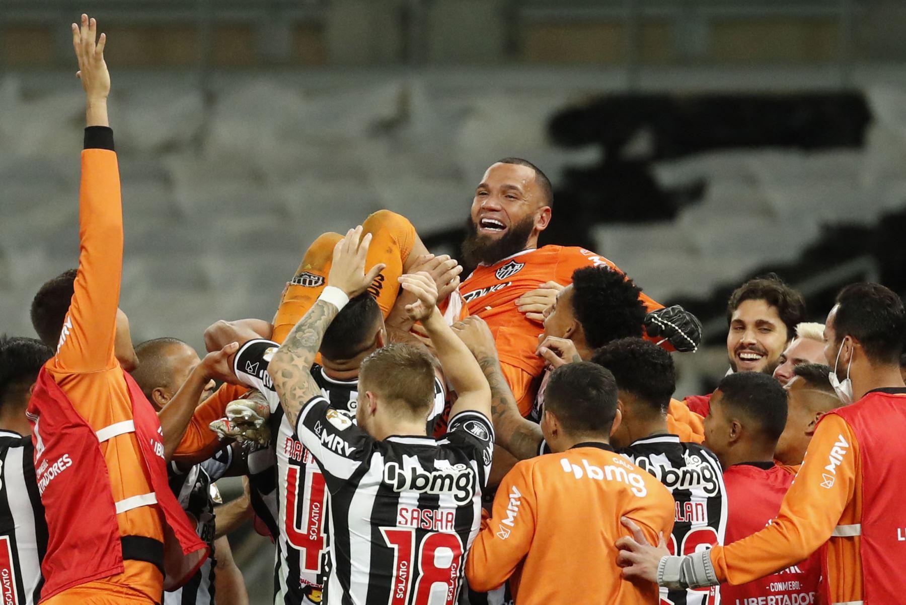 Everson, portero del Atlético Mineiro de Brasil, celebra con sus compañeros de equipo después de anotar un tiro penal para derrotar al Boca Juniors de Argentina durante el partido de vuelta de los octavos de final de la Copa Libertadores. Foto: AFP