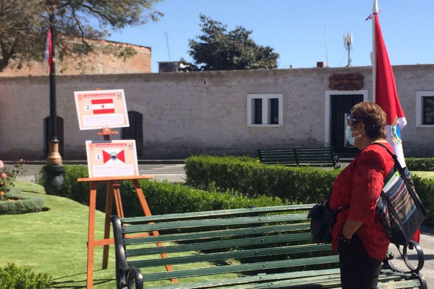 Los visitantes y lugareños pueden apreciar las banderas peruanas en la plaza de Cayma, región Arequipa. Foto: Cortesía Rocío Méndez