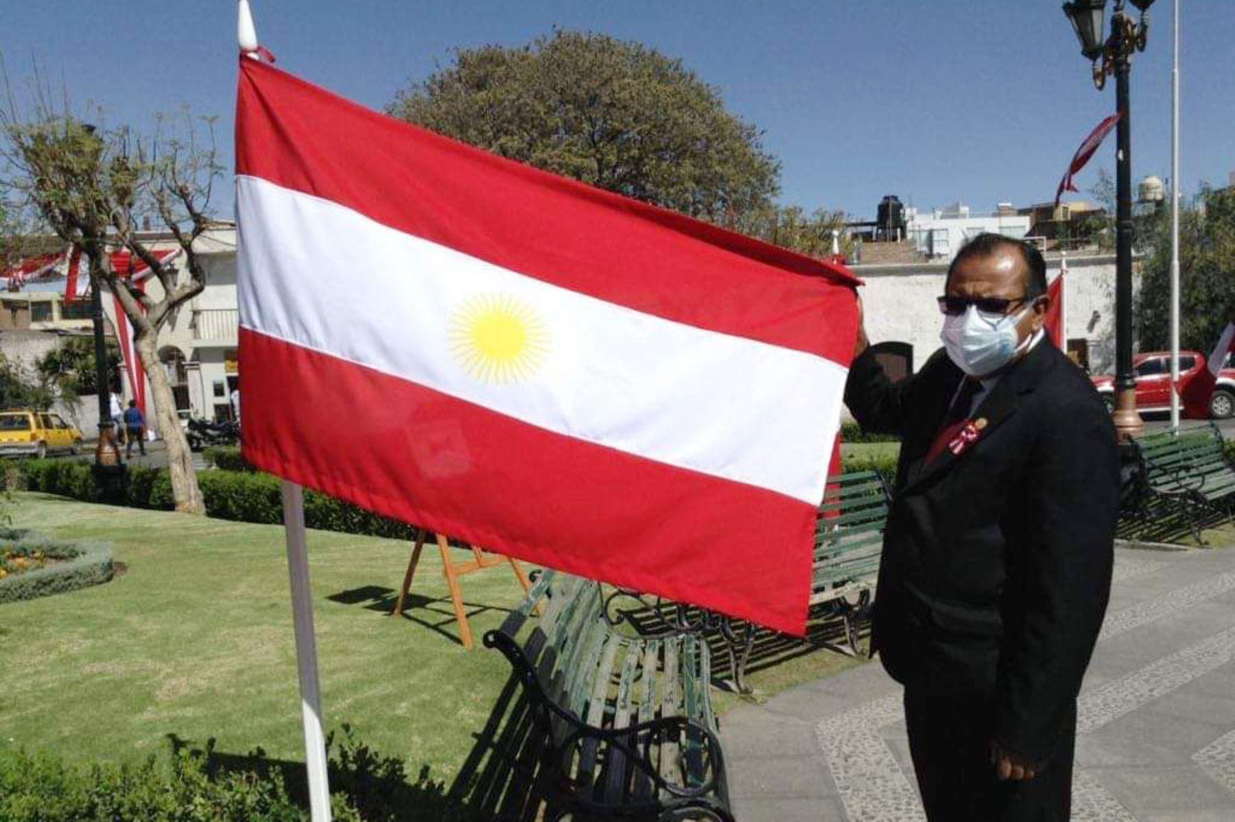 Bicentenario: exponen en la plaza de Cayma las banderas que tuvo Perú