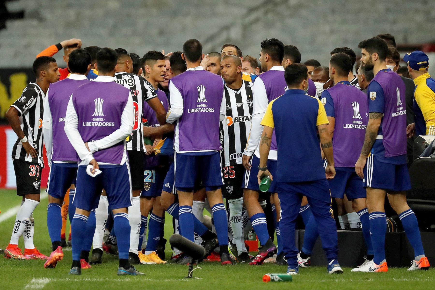 Zambrano y varios jugadores de Boca en la comisaría por incidentes en partido con Mineiro