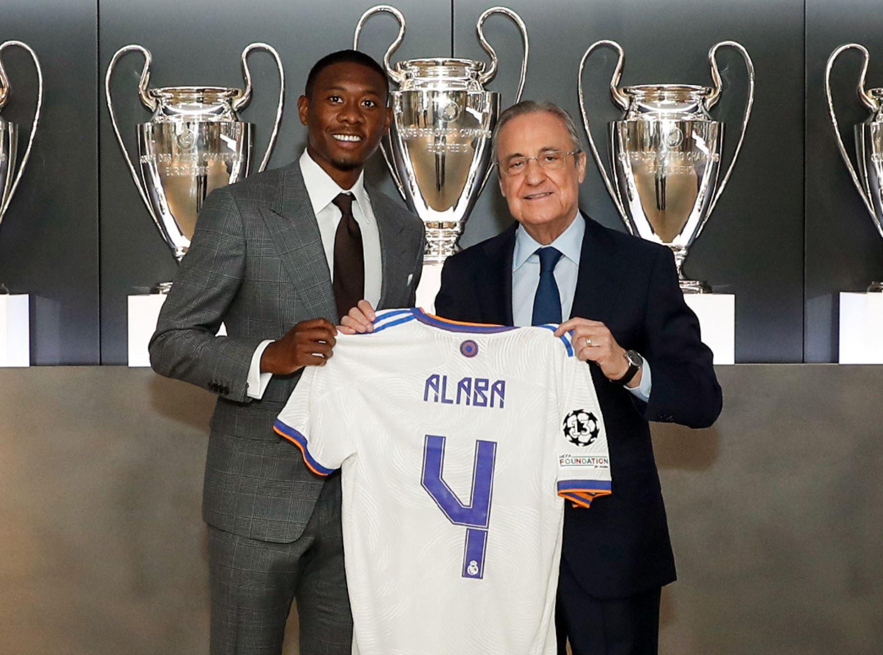 Florentino Pérez le entrega el dorsal 4 a Alaba y le da la bienvenida al Real Madrid