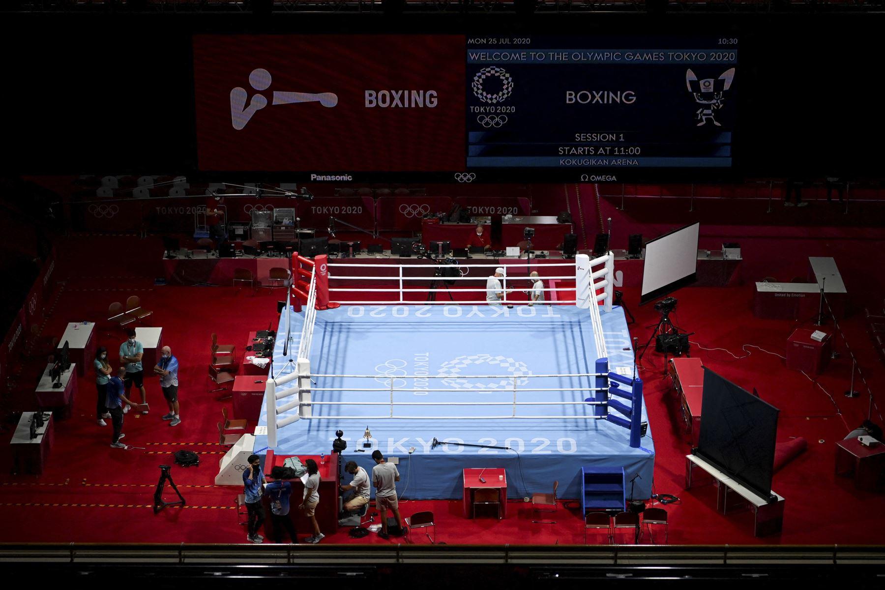 Los trabajadores preparan el Kokugikan Arena en Tokio, antes del inicio de los Juegos Olímpicos de Tokio 2020. Foto: AFP