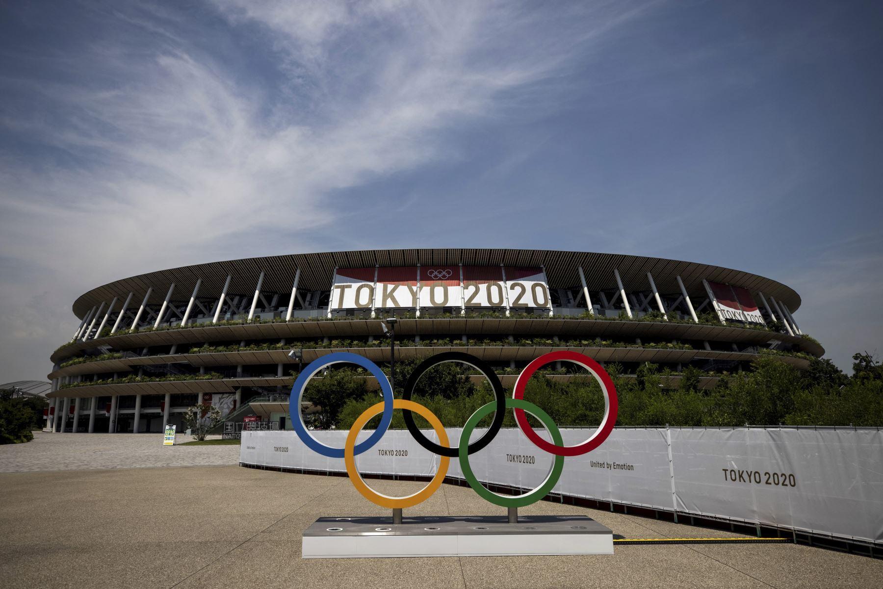 Anillos olímpicos y el Estadio Olímpico de Tokio a dos días de la inauguración del certamen. Foto: AFP