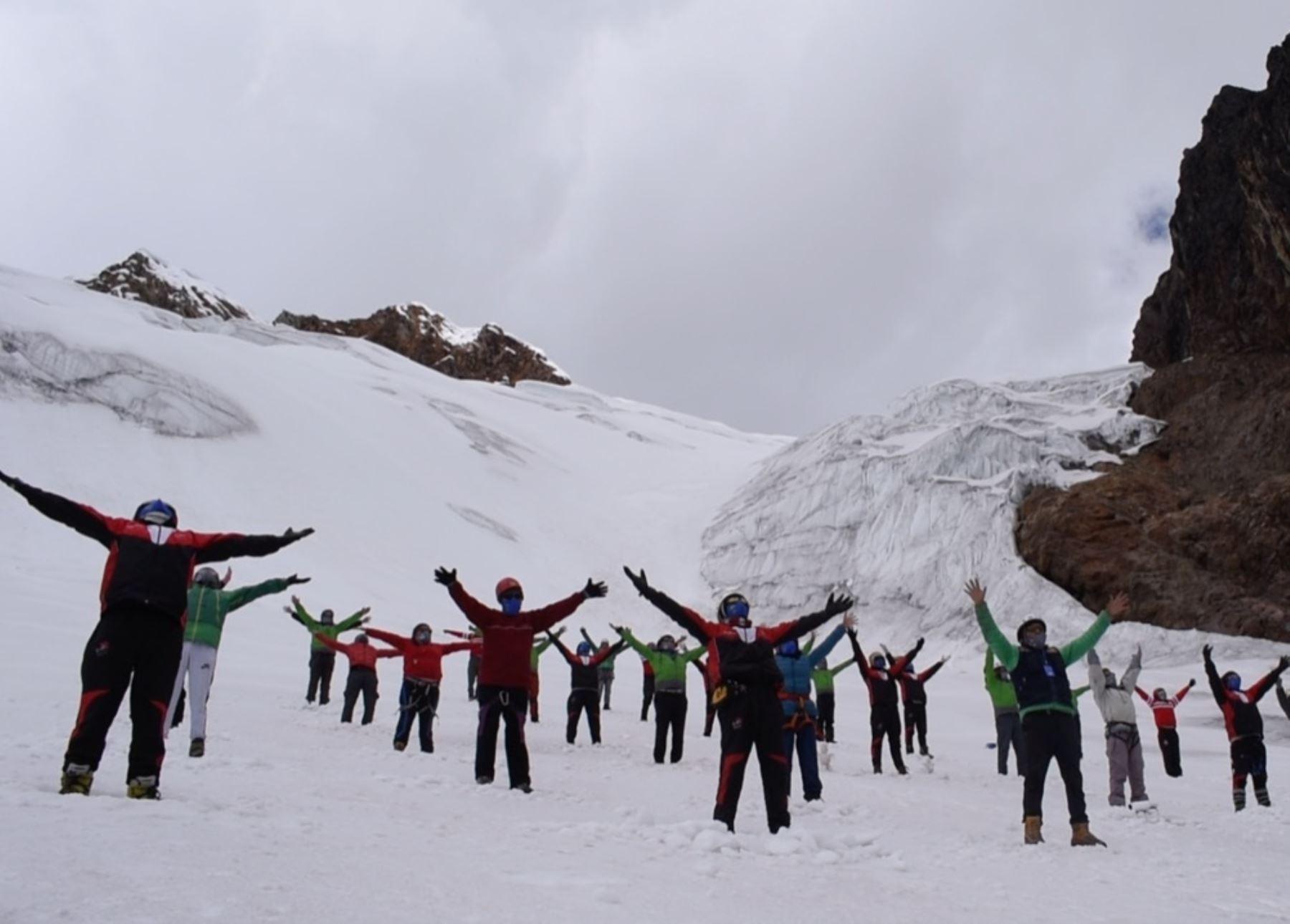 Ancashinos celebran con baile en nevado el Bicentenario de la Independencia.