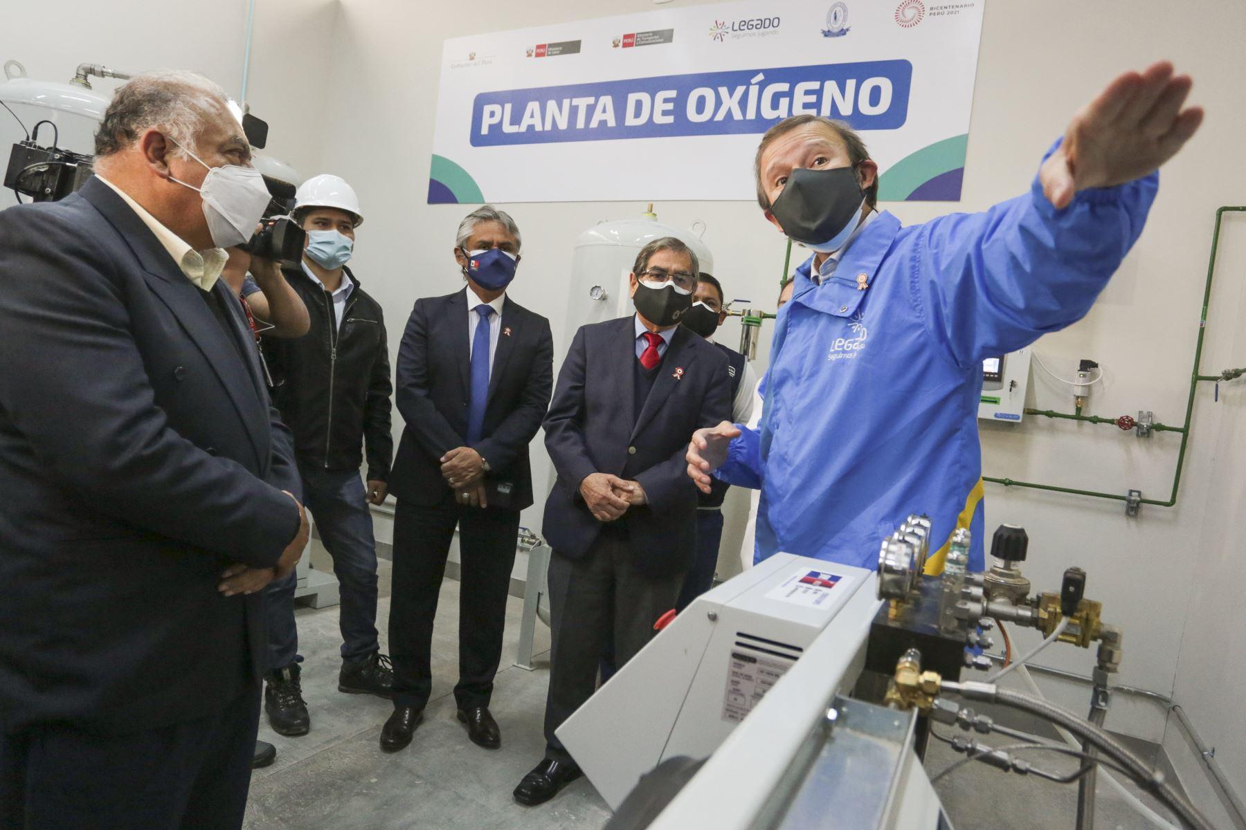 El ministro de Salud, Oscar Ugarte, junto al titular de Transportes y Comunicaciones, Eduardo González, inauguraron planta de oxígeno en el Instituto Nacional de Rehabilitación 'Dra. Adriana Rebaza Flores', en Chorrillos. Foto: ANDINA/Minsa
