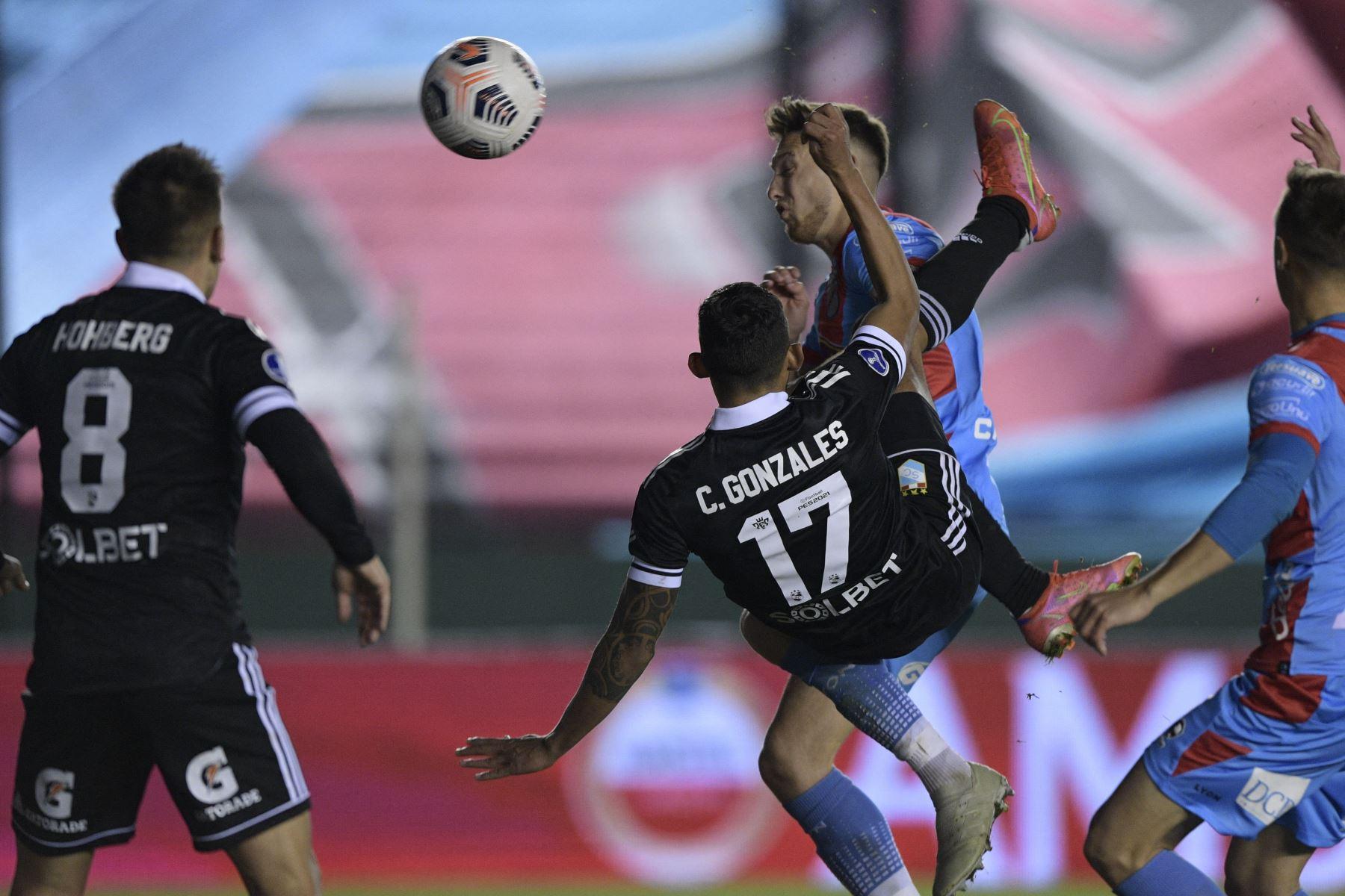 Sporting Cristal Christofer Gonzales de Perú anota contra el Arsenal de Argentina durante el partido de vuelta de los octavos de final de la Copa Sudamericana en el estadio Julio Humberto Grondona de Buenos Aires. Foto: AFP