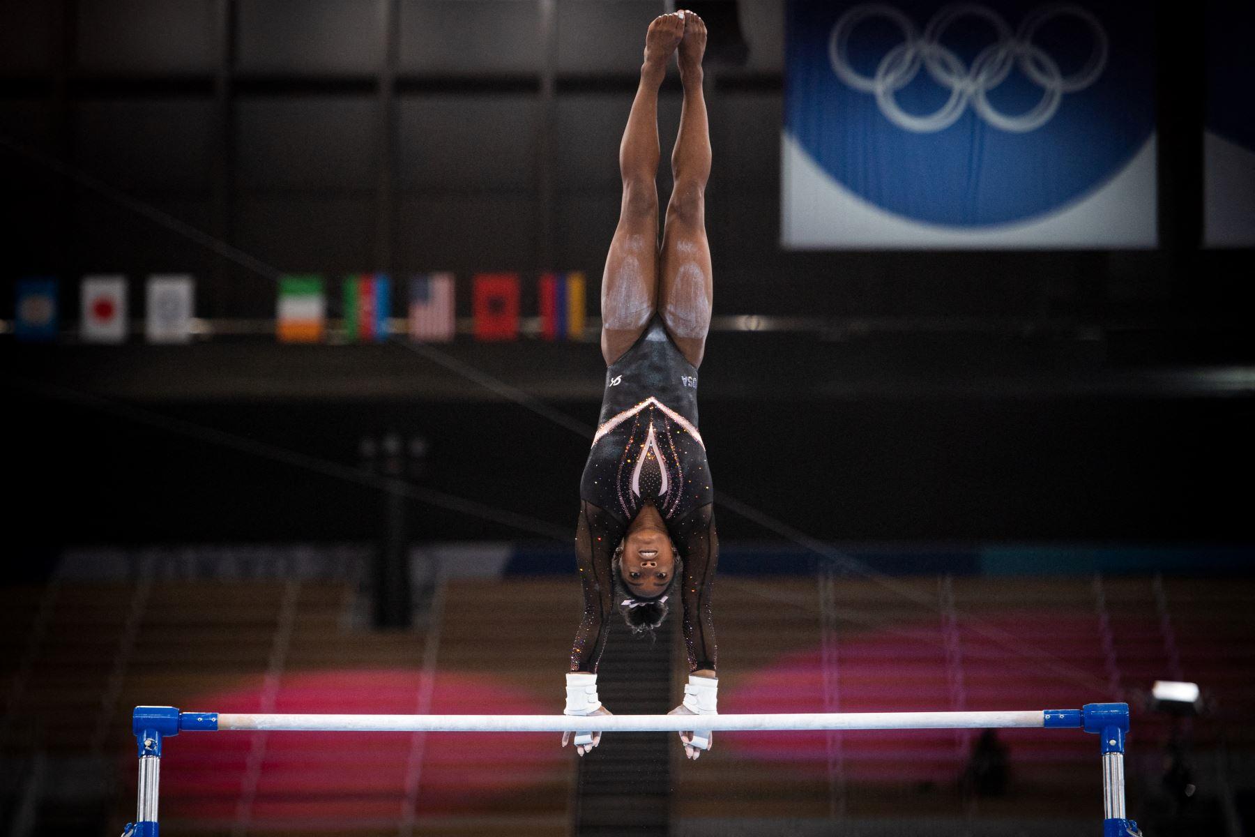 La gimnasta estadounidense Simone Biles practica la barra asimétrica durante una sesión de entrenamiento en el Centro de Gimnasia Ariake en Tokio el 22 de julio de 2021, en vísperas del inicio de los Juegos Olímpicos de Tokio 2020. Foto: AFP