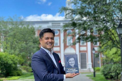 Peruano logra hazaña al presentar su libro en Campus de la Escuela de Negocio de Harvard . Foto: Difusión